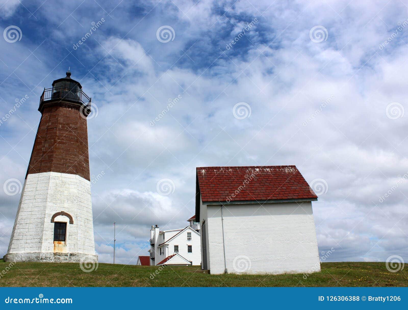 Acoger con satisfacción la escena de los cielos azules, de las nubes hinchadas y del faro querido, punto Judith, Rhode Island, 20