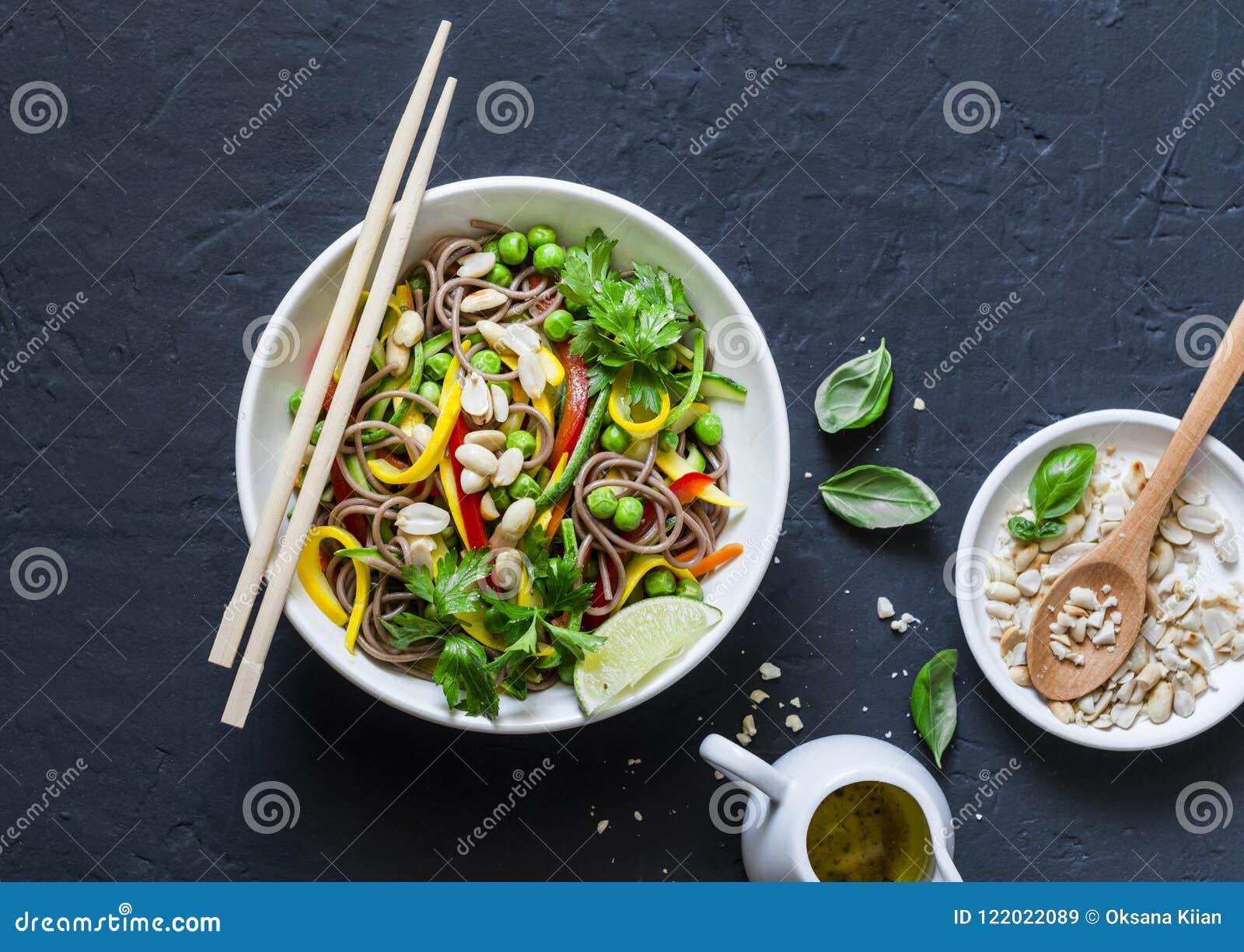 Acolchoe macarronetes tailandeses do soba dos vegetais no fundo escuro, vista superior Alimento saudável do vegetariano