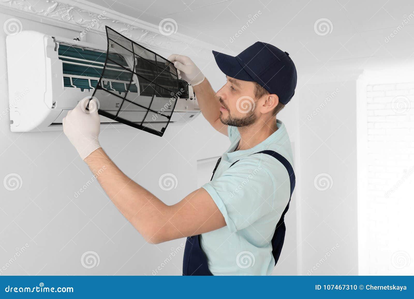 Acondicionador de aire masculino de la limpieza del técnico
