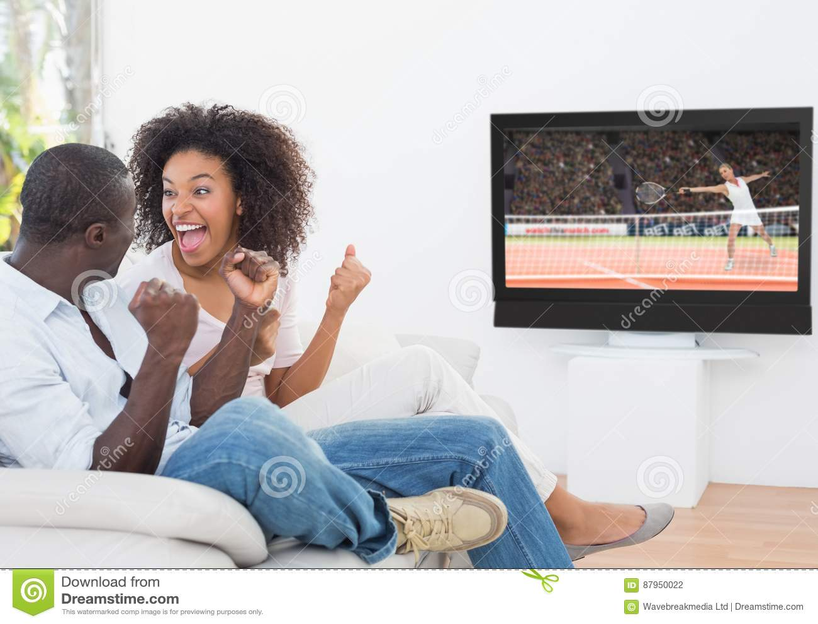 Acople cheering ao olhar o fósforo do tênis na televisão