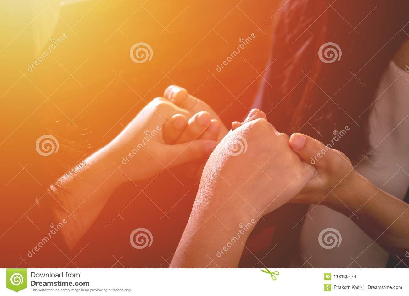 Acople Christian Female Friend Holding Hands junto e rezar t