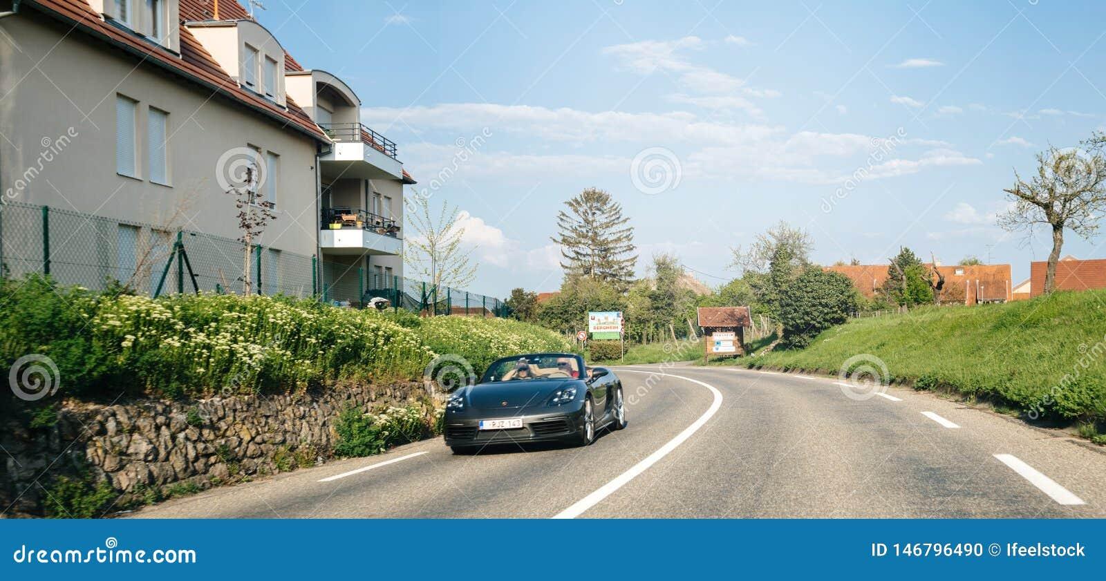Acople a condução rapidamente em seu Porsche preto convertível