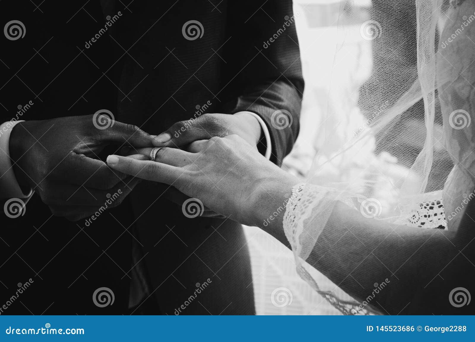 Acople das alian?as de casamento para sempre como um sinal do amor