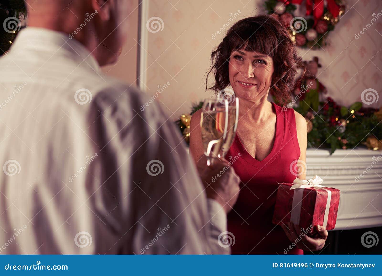 Acople flautas de champanhe do tinido na frente da decoração da chaminé