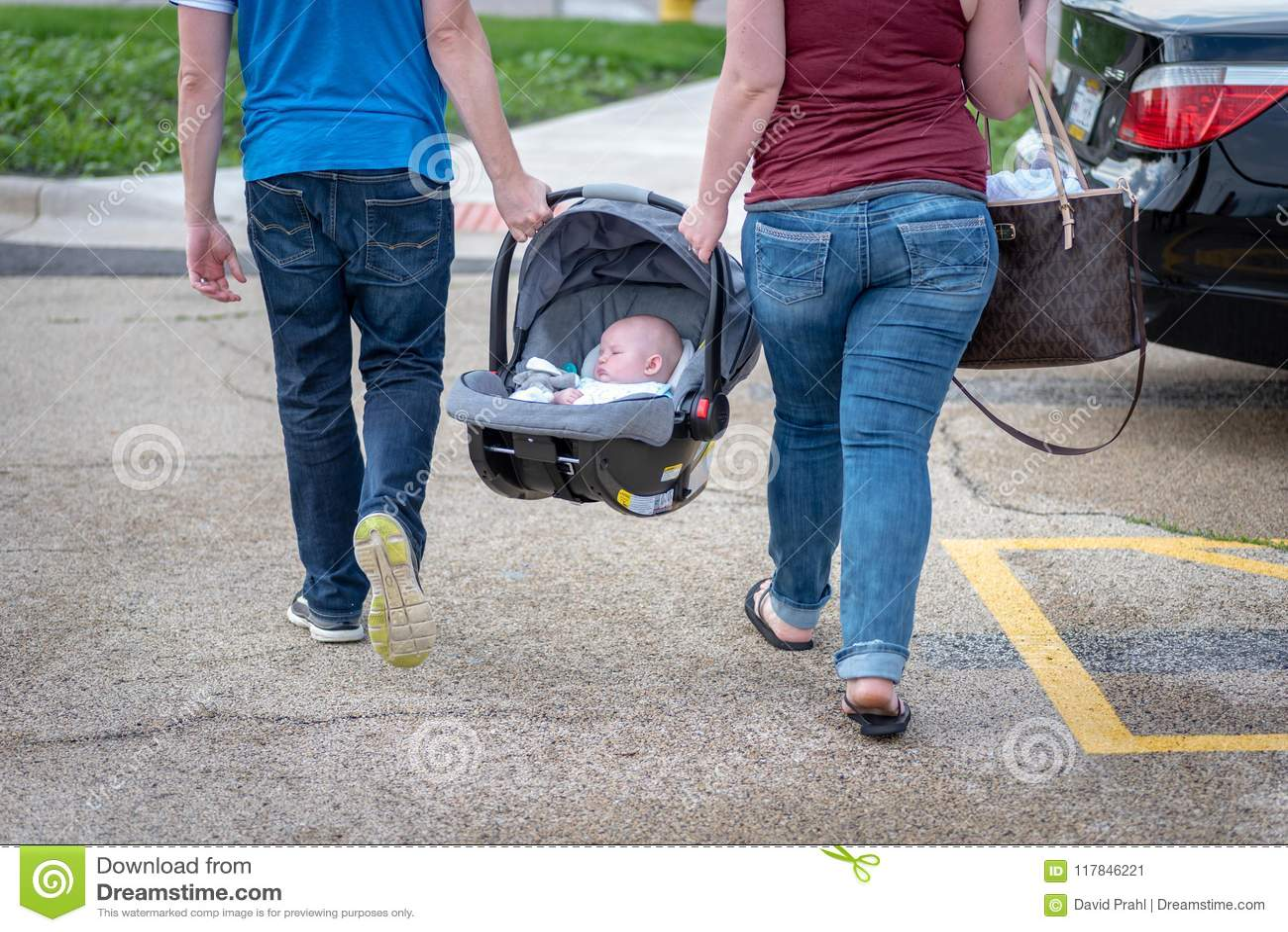 Acople levar um bebê em um banco de carro junto