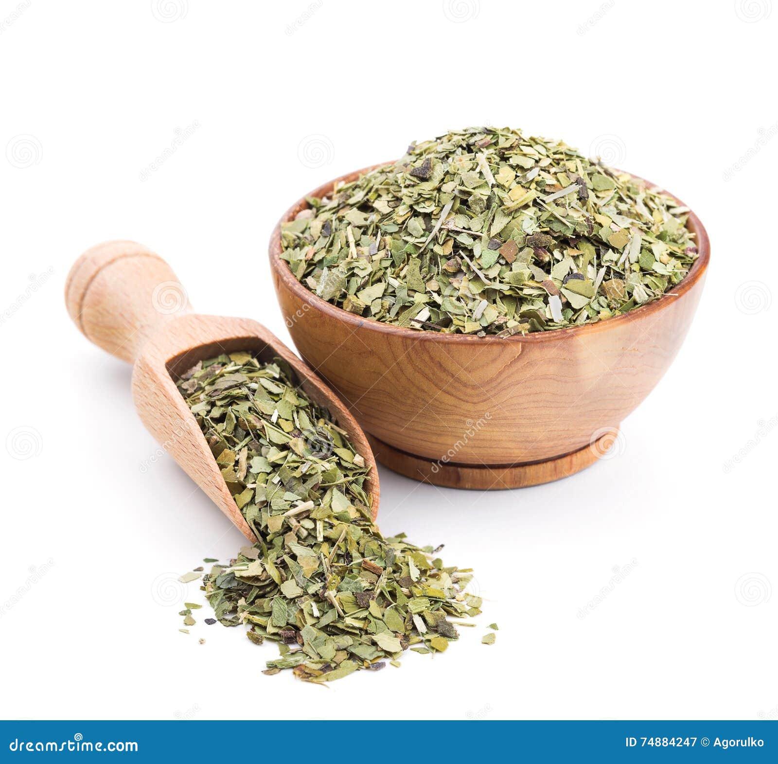 Acople o chá em uma bacia de madeira isolada no branco