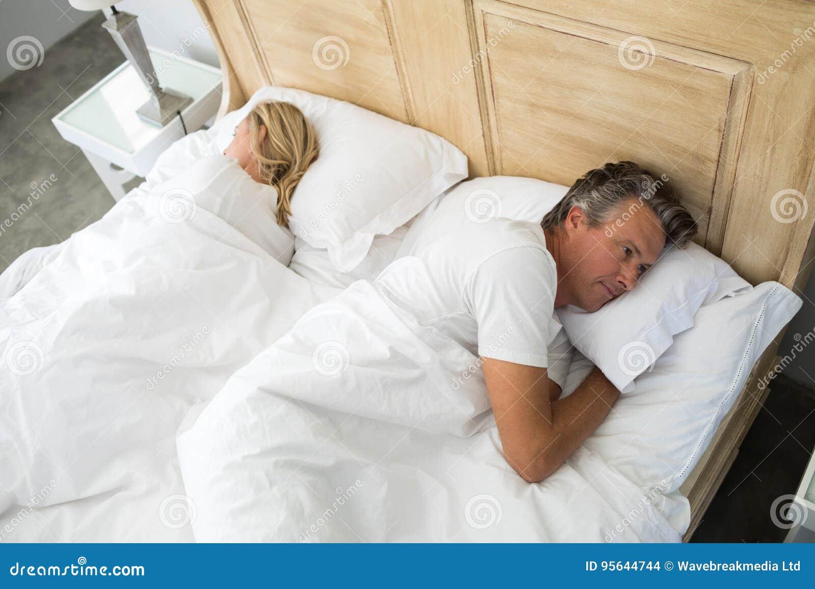 Acople o encontro na cama em seguida que tem um argumento