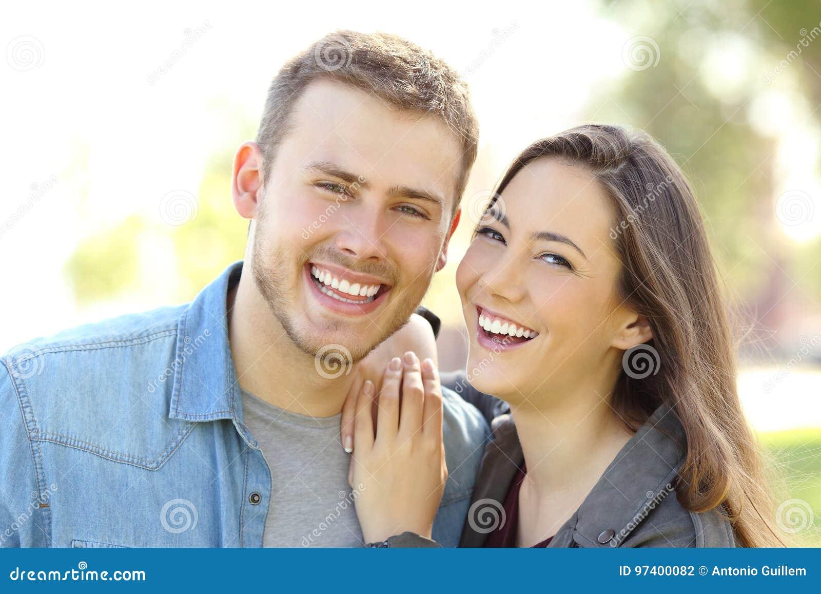 Acople o levantamento com sorriso perfeito e os dentes brancos