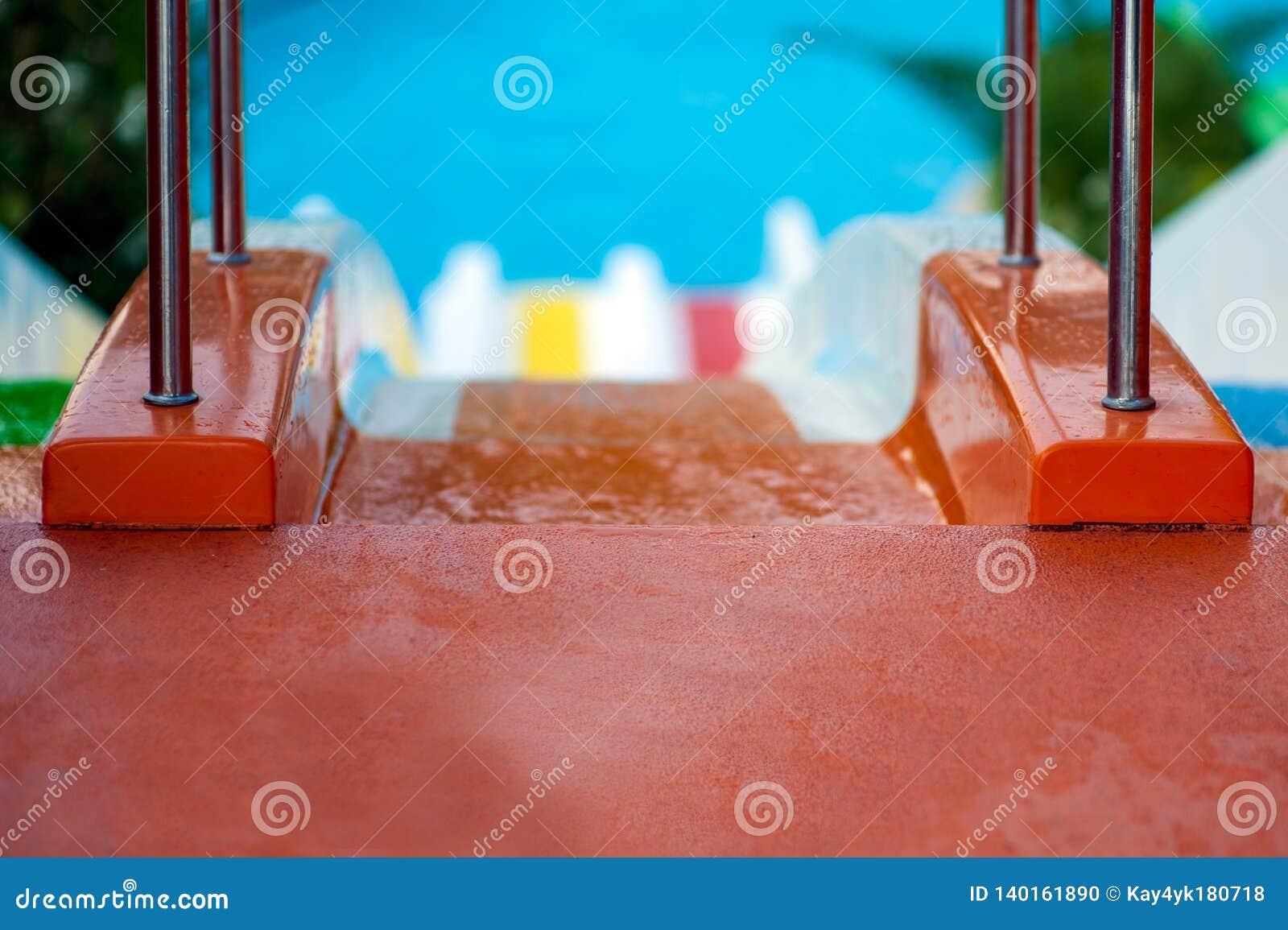 Acople o passeio do homem e da mulher com corrediças de água coloridas