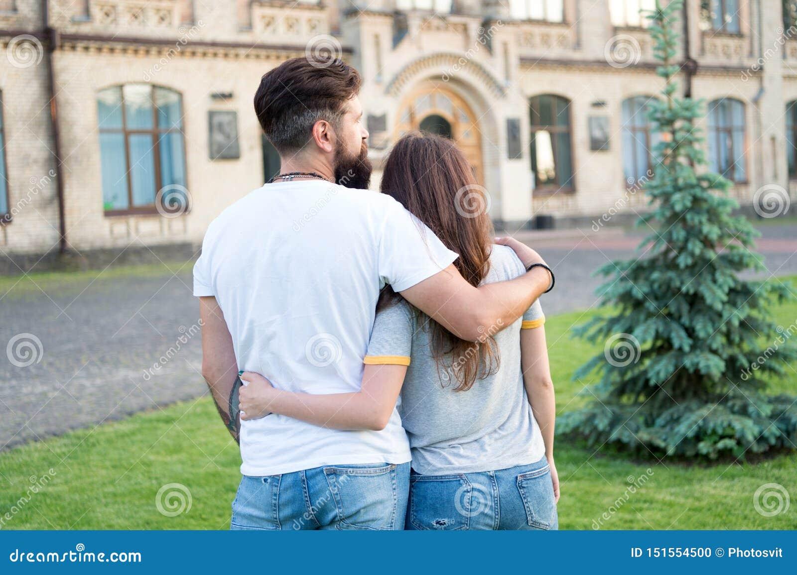 Acople o relaxamento apreciando-se Moderno e mulher bonita no amor Queda no amor feliz junto Pares no amor