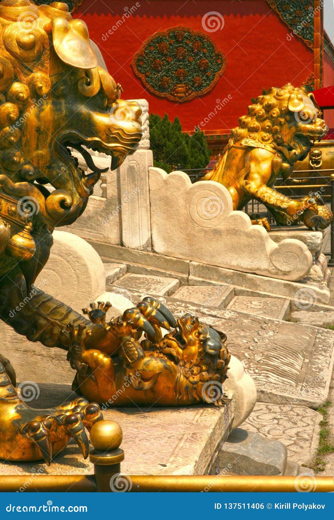 Acople os leões de bronze que guardam a entrada ao palácio interno da Cidade Proibida Pequim