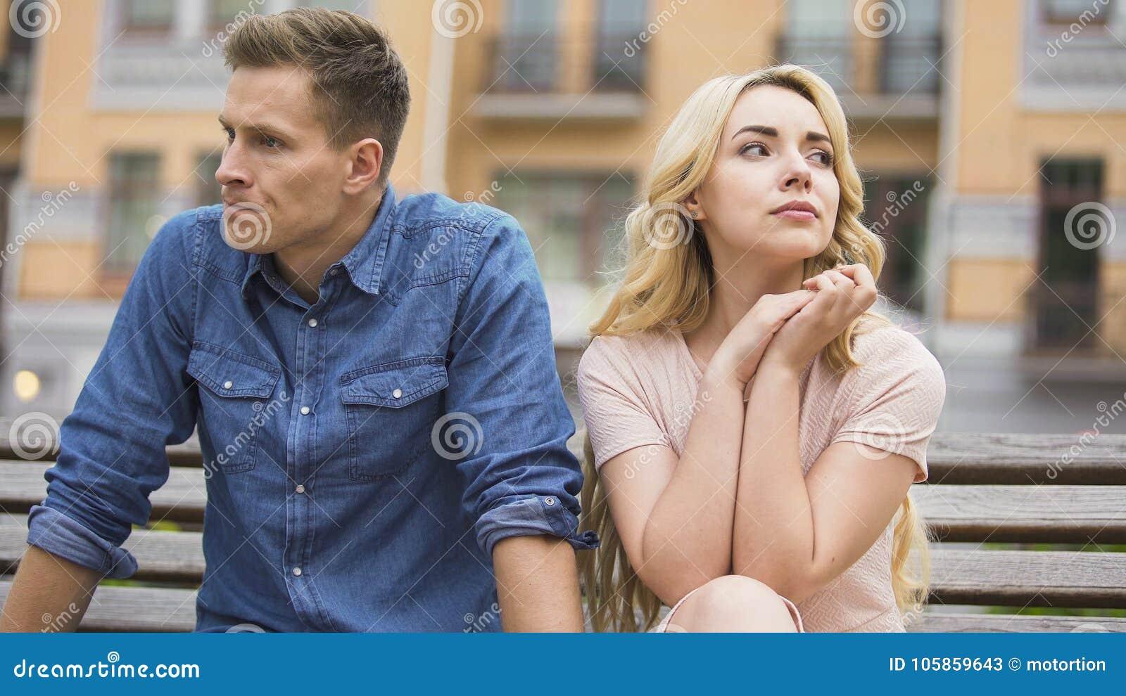 Acople a quebra acima, o homem virado e a mulher de grito que sentam-se no banco, divórcio