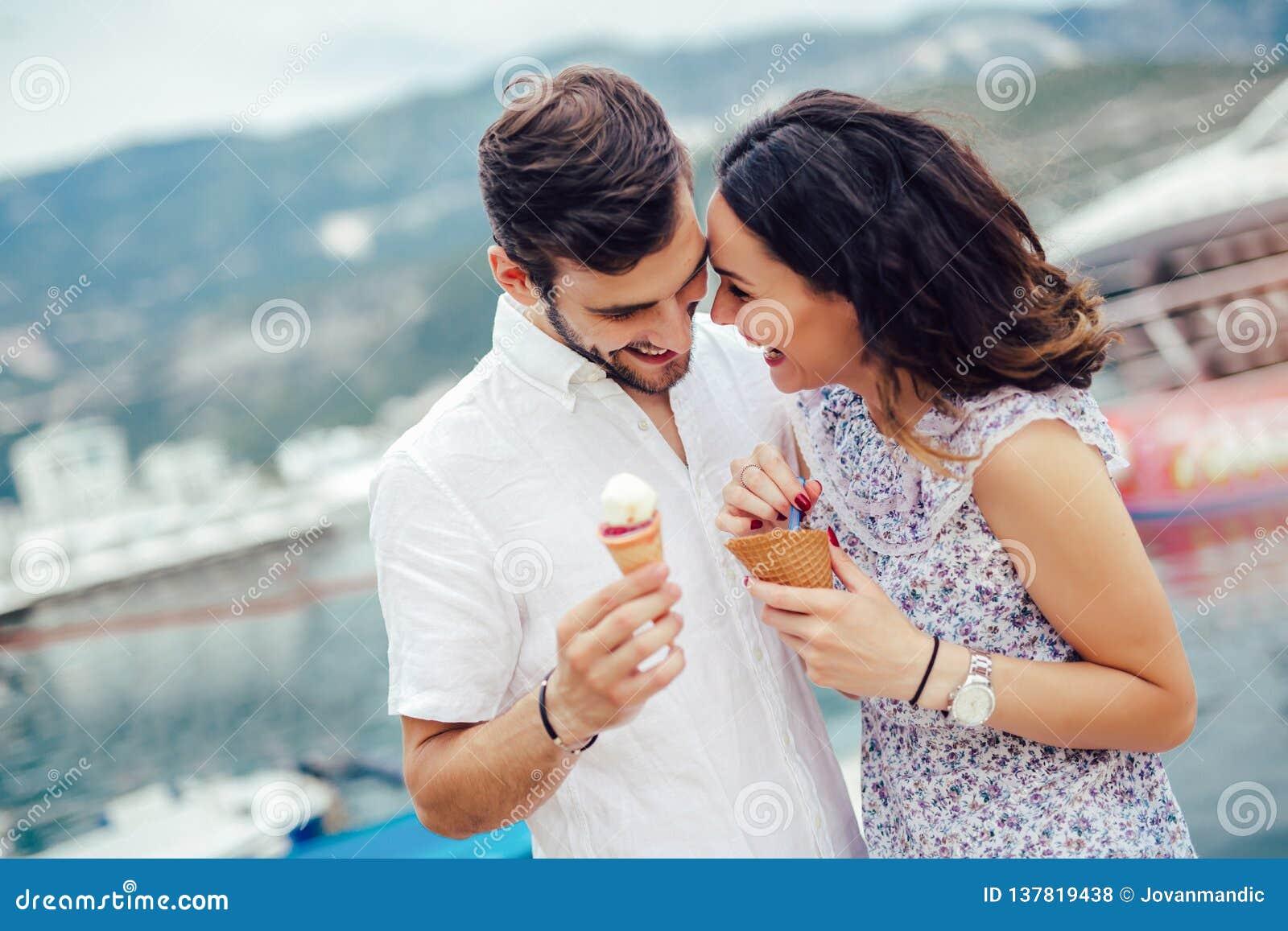 Acople ter a data e comer o gelado em férias Fundo do mar