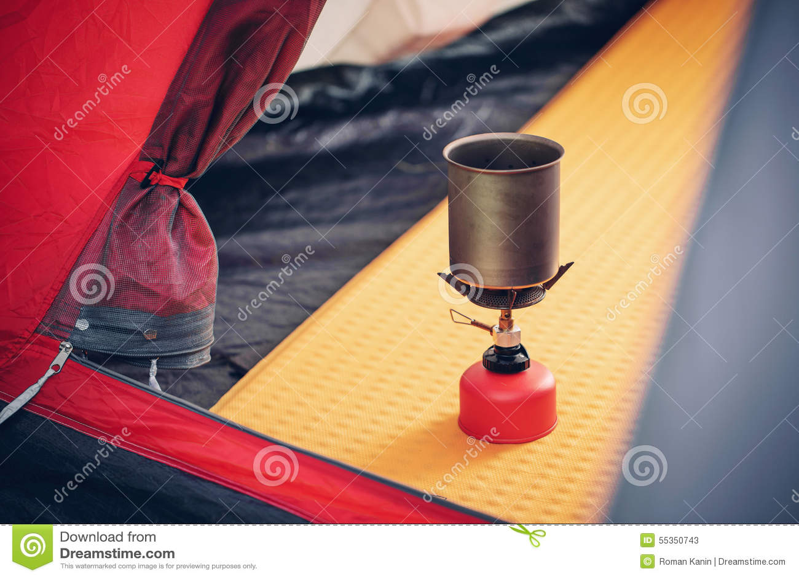 Acqua bollente in bollitore sulla stufa di campeggio portatile