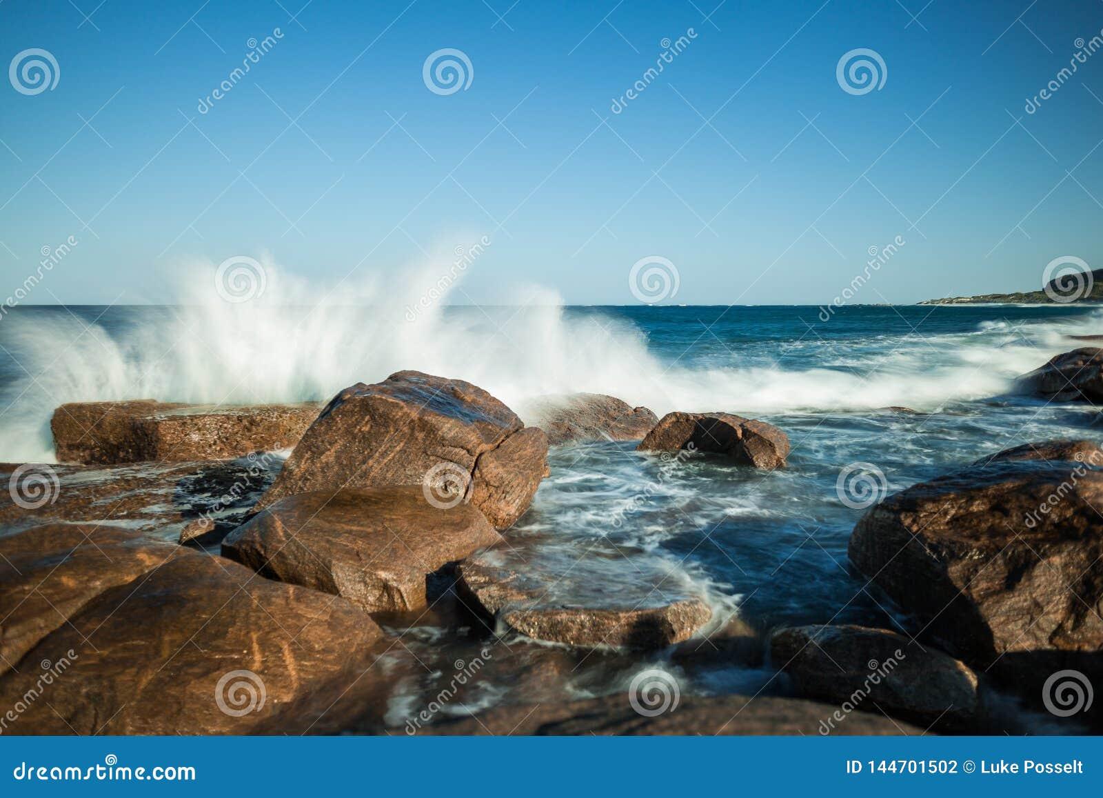 Acqua che si schianta sulla roccia Margaret River