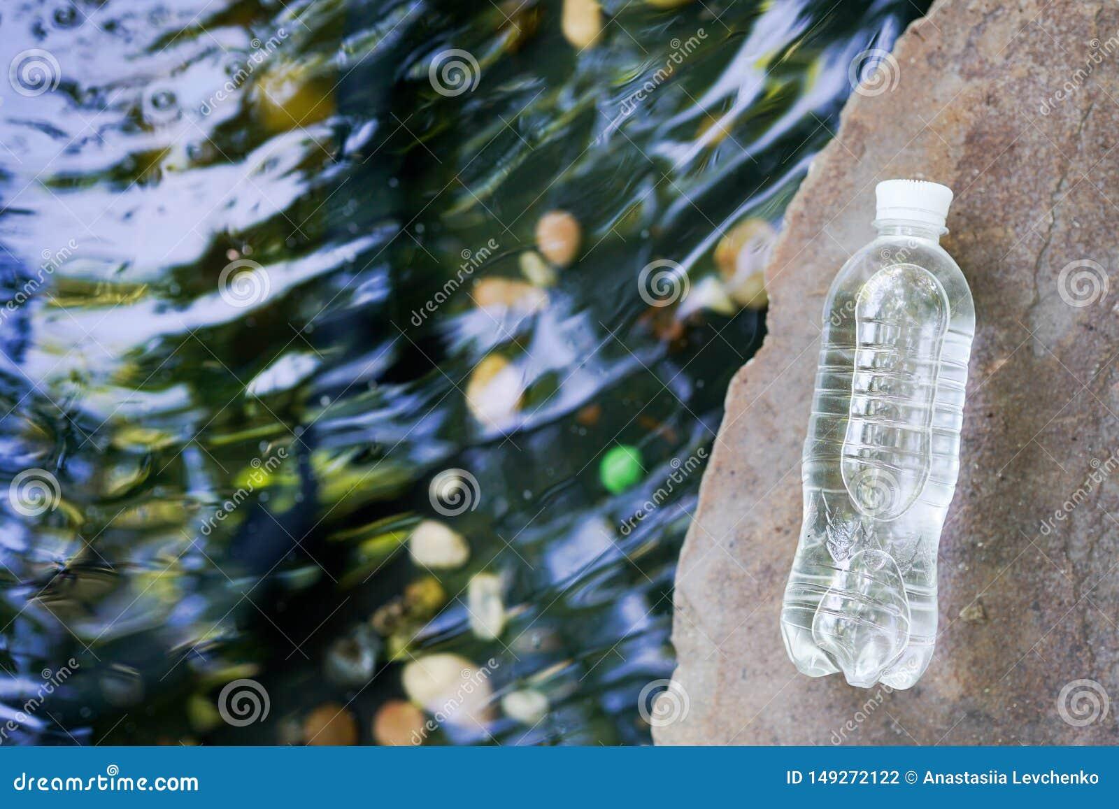 Acqua chiara di versamento sullo spazio della copia del fondo della natura
