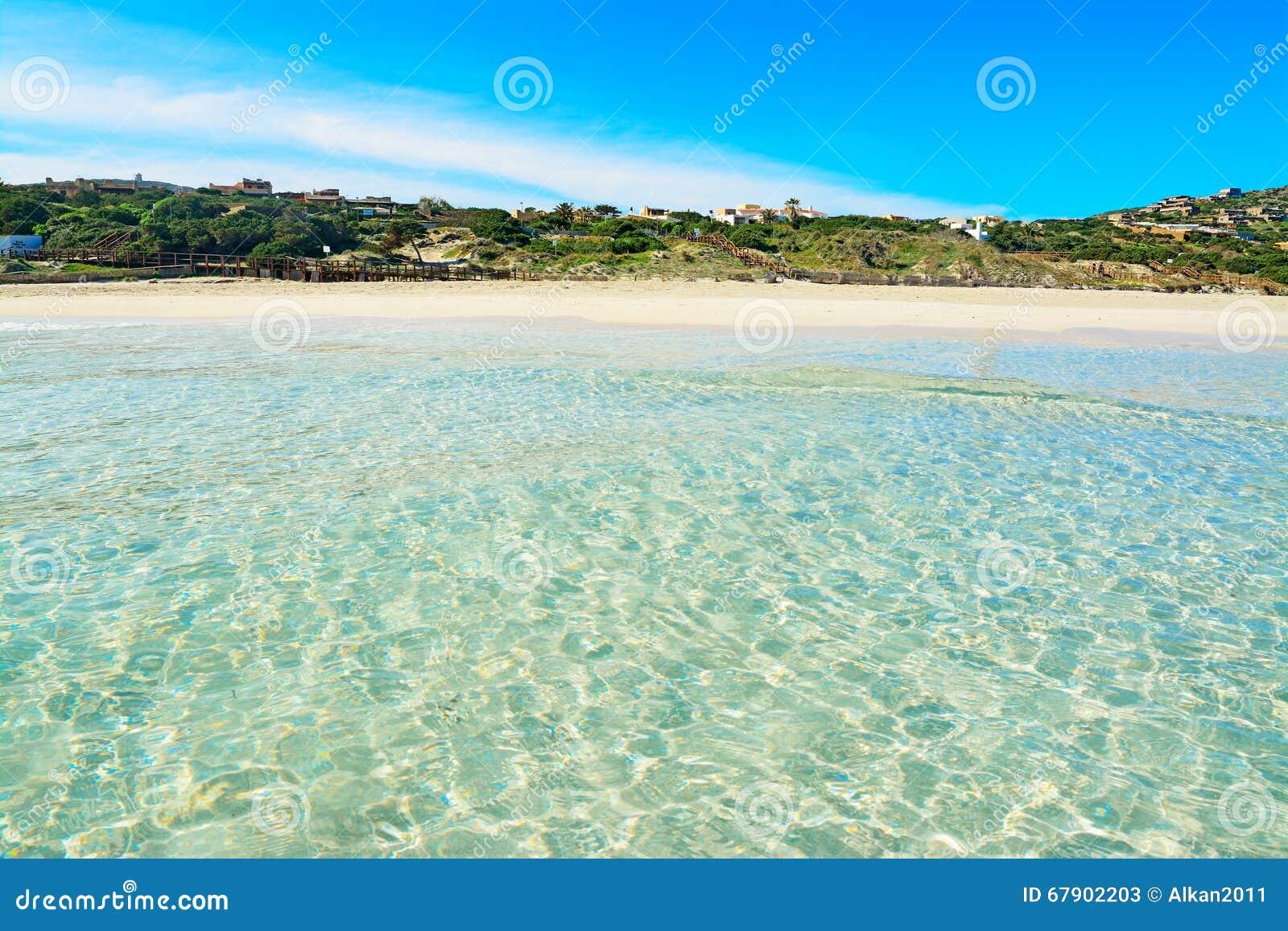 Carta Da Parati Pelosa Rosa : Acqua cristallina in spiaggia di pelosa della la immagine stock