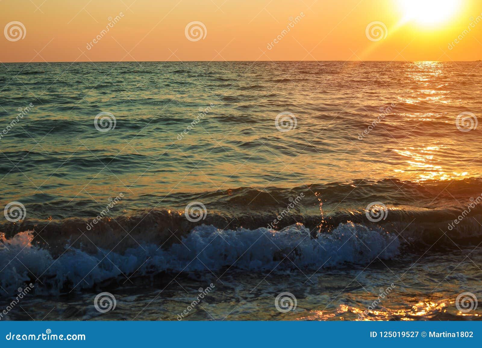 Acqua Delloceano O Del Mare Sotto Il Cielo Magenta Scuro Su Sfondo