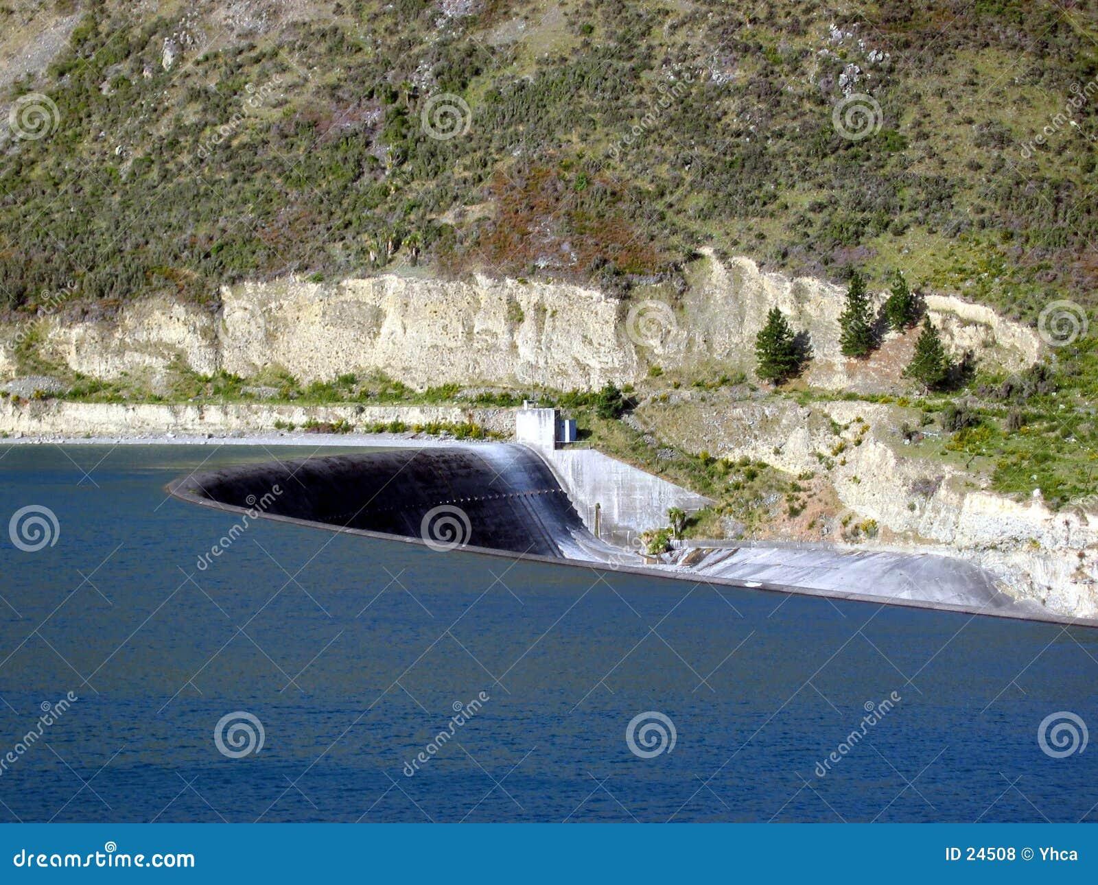 Acqua della diga che scorre tranquillamente