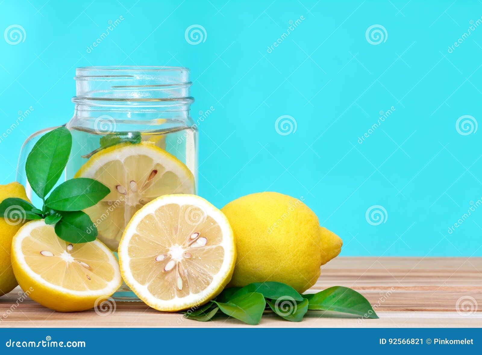 Acqua della limonata dell agrume con il wat affettata, sana e della disintossicazione del limone