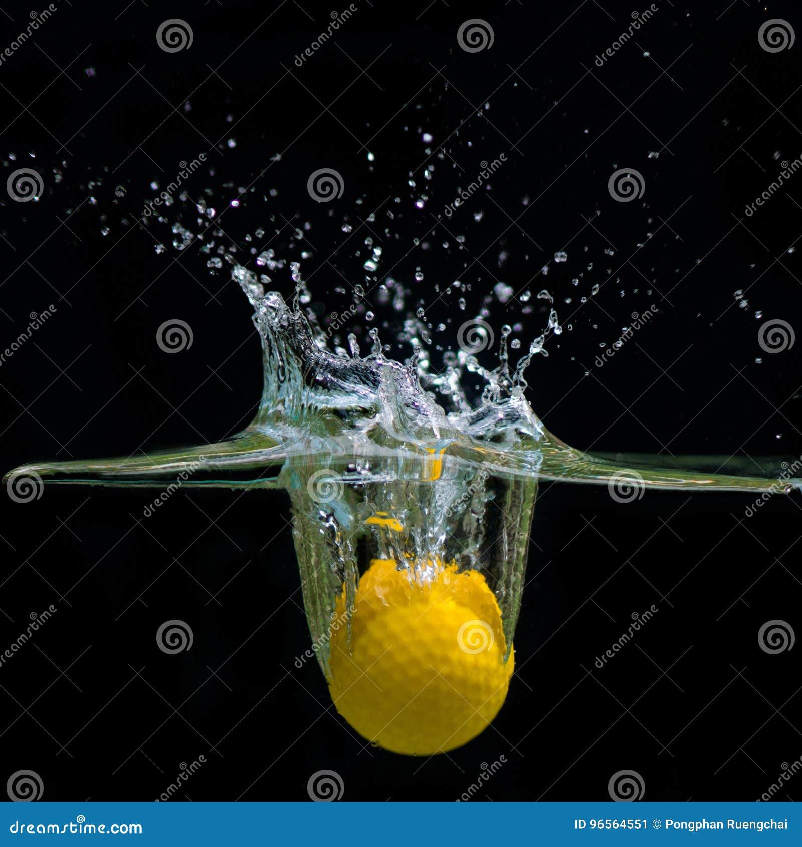 Acqua di caduta della palla da golf