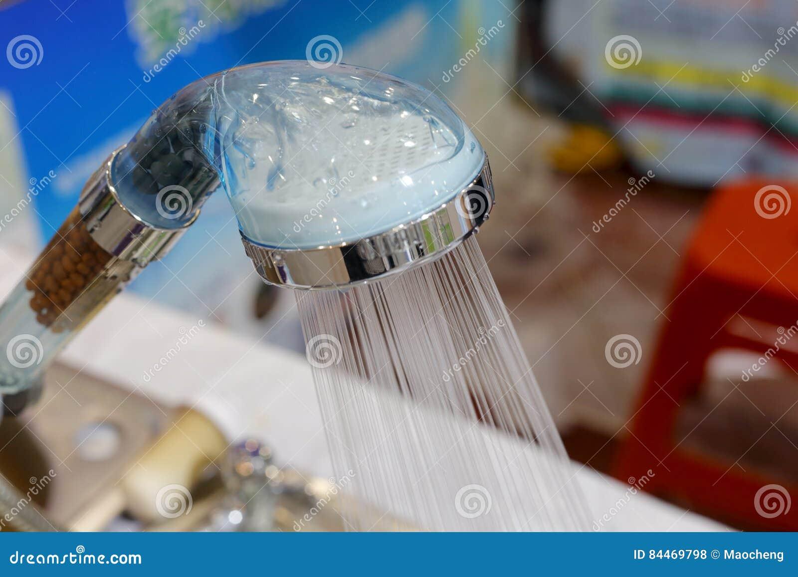 Acqua di plastica trasparente dello spruzzo della doccia fotografia