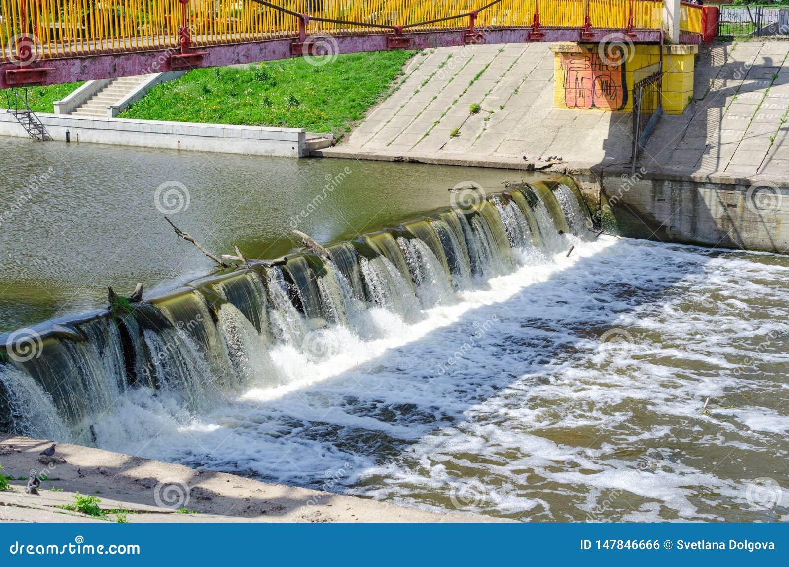 Acqua di turbine selvaggia liberata dalla diga della città