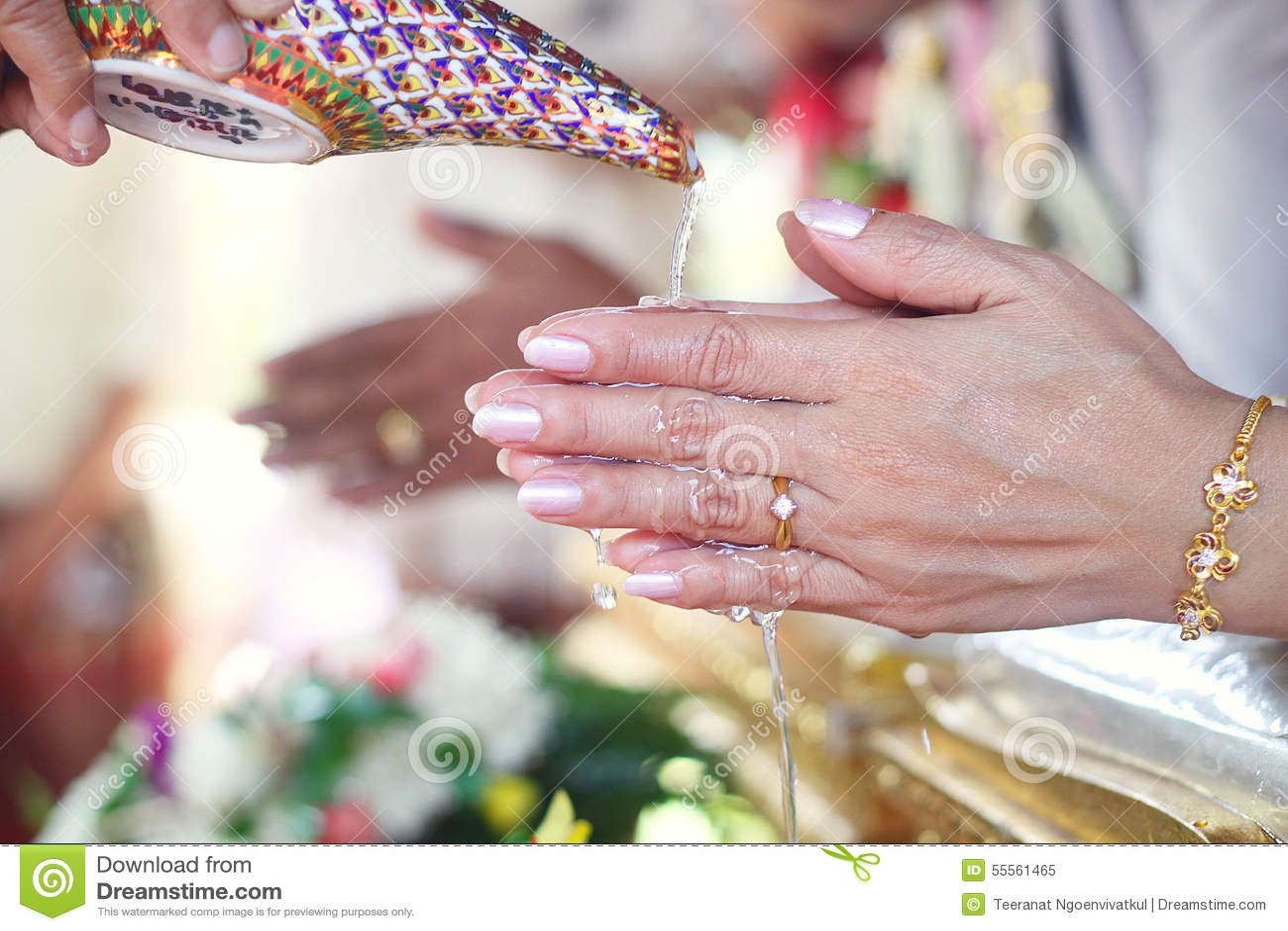 ca331c52ab30 Mano di una sposa che riceve l acqua di benedizione acqua santa dagli  anziani nella cerimonia di nozze tailandese della cultura