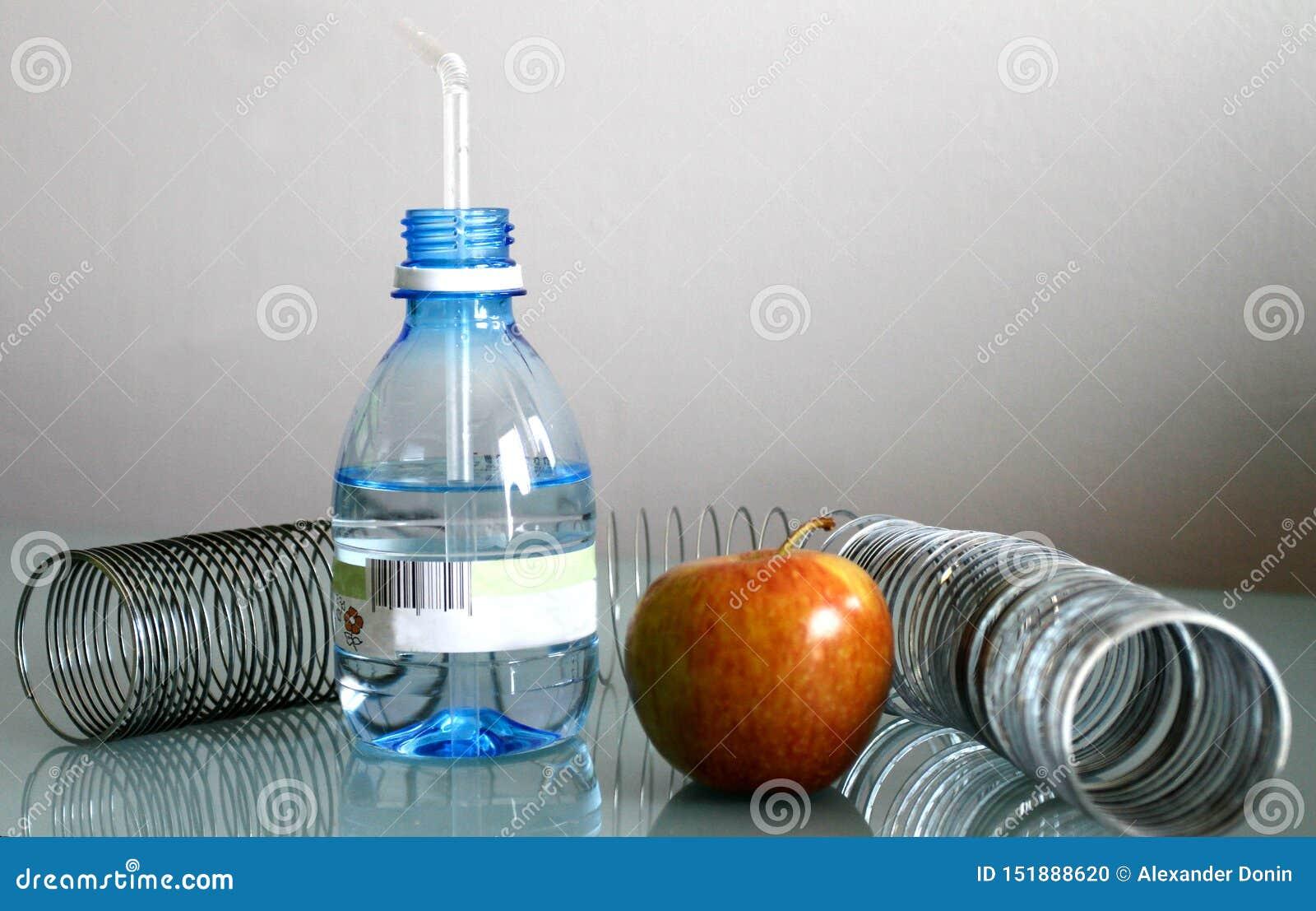 Acqua e molla di Apple di un fondo grigio