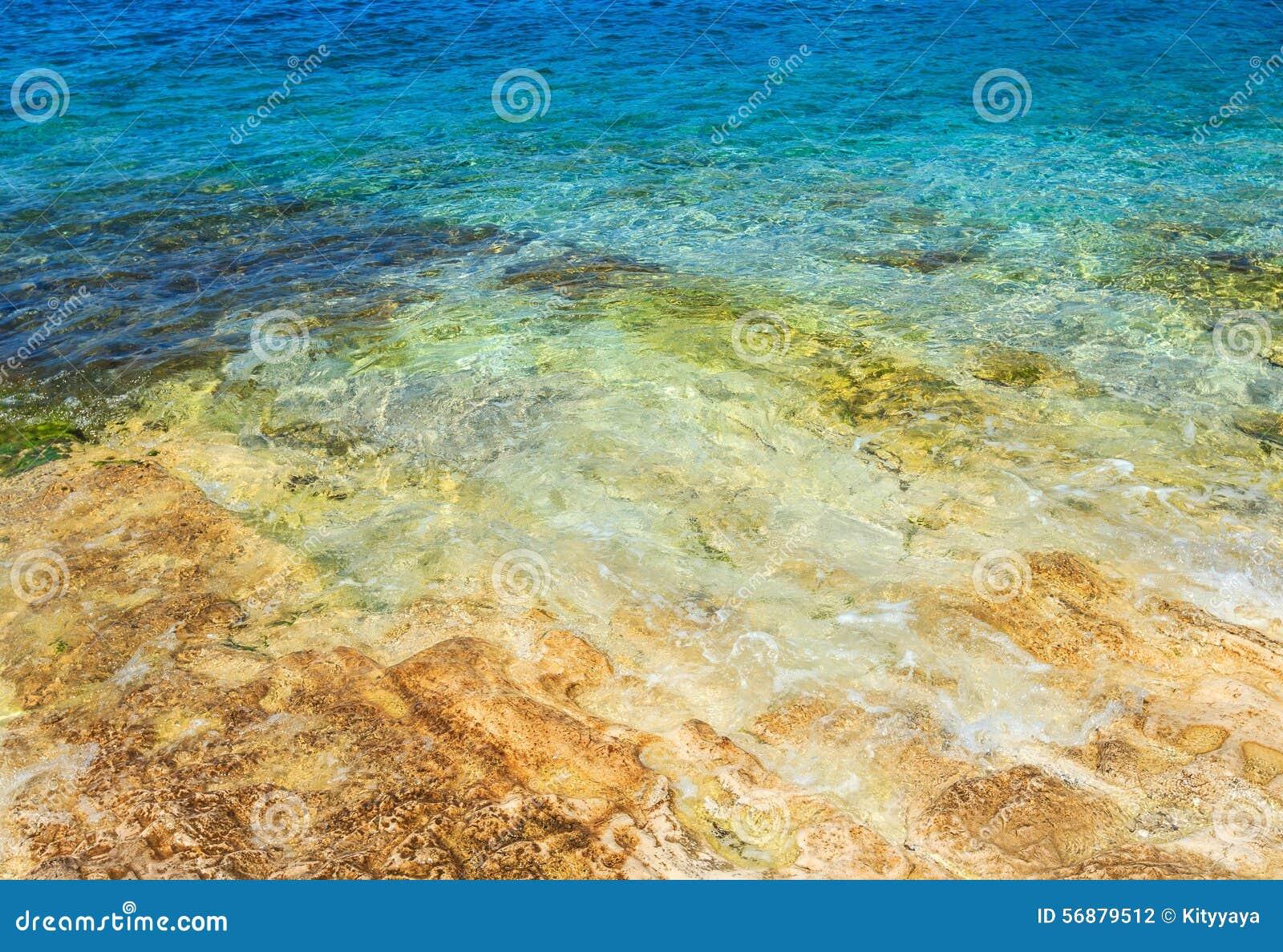 Acqua e roccia di mare blu