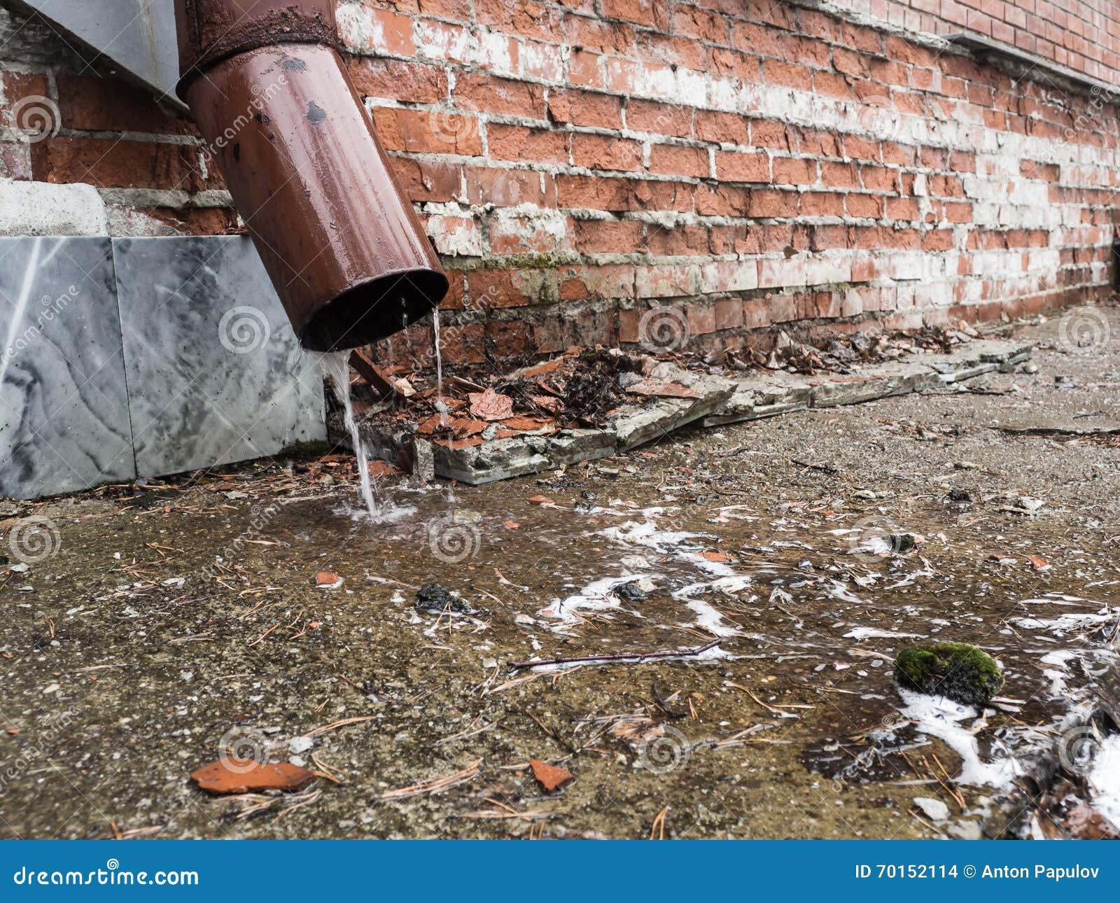Acqua piovana che scorre dal primo piano del tubo di for Tubo di scarico del riscaldatore dell acqua