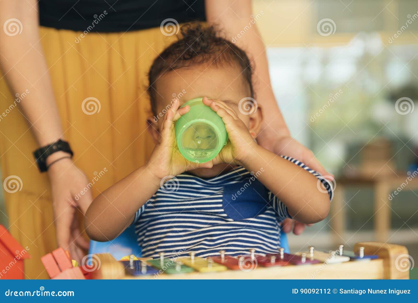 Acqua potabile e gioco del bambino felice