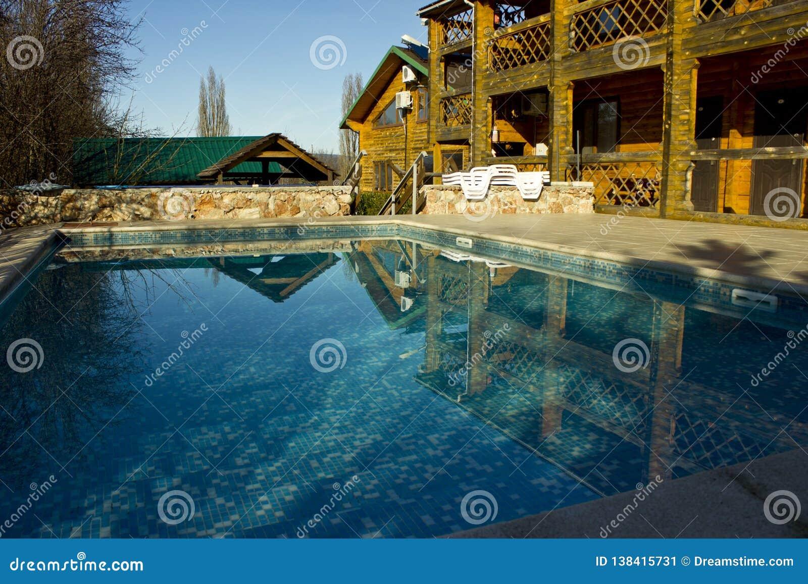 Acqua pulita, chiara, blu nello stagno sul territorio del cottage