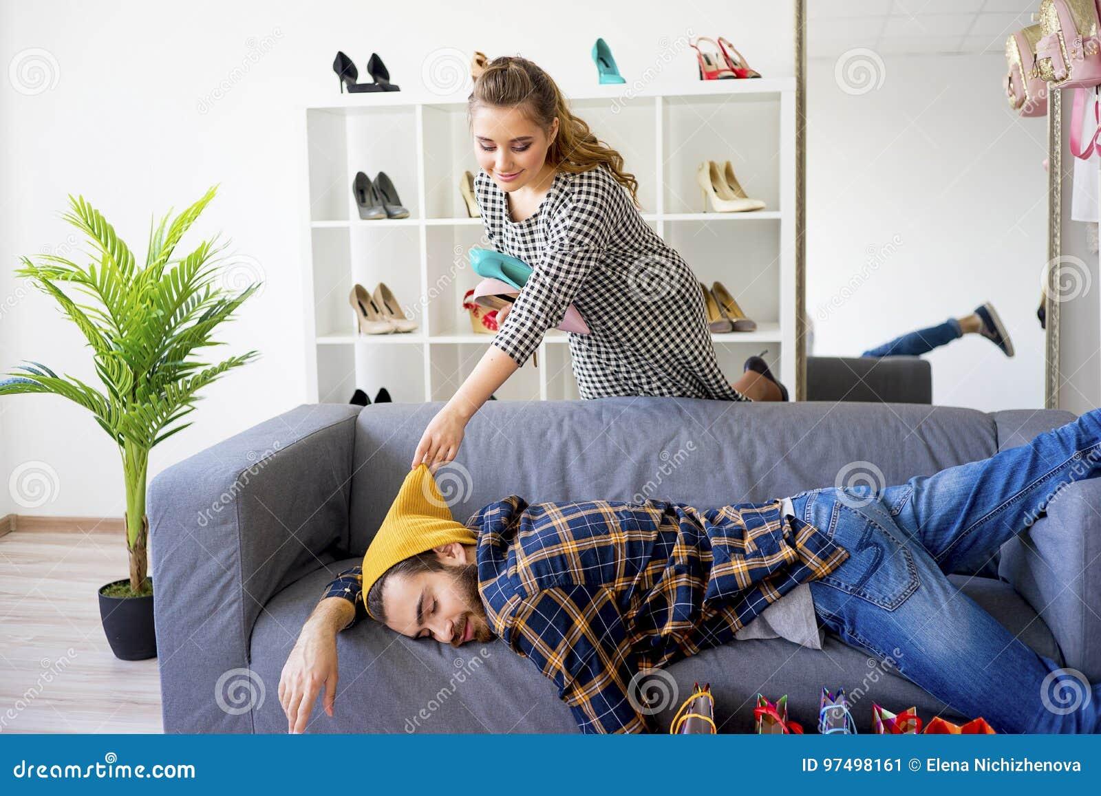Acquisto annoiato dell uomo con la sua amica