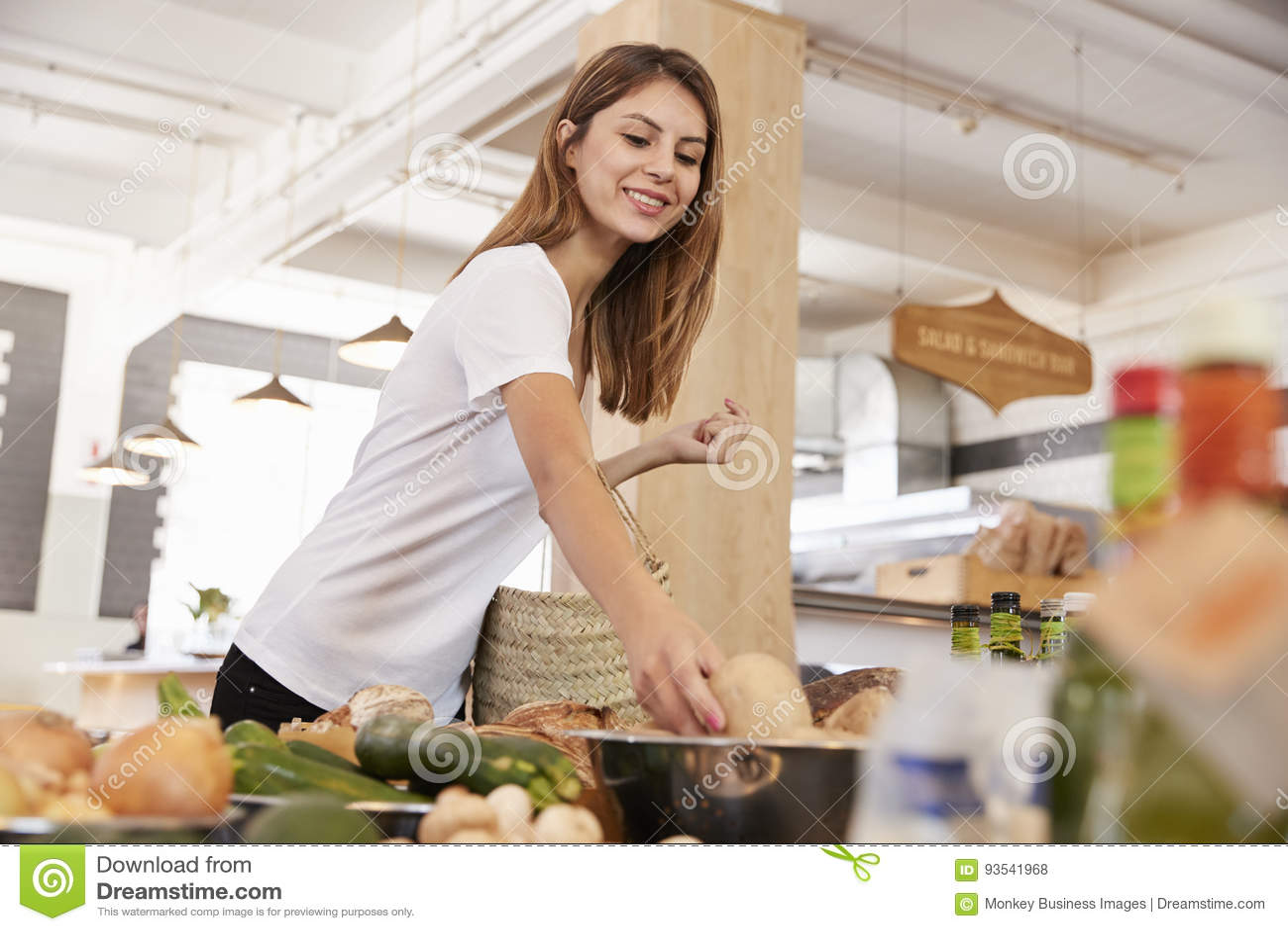 Acquisto della donna per i prodotti organici in specialità gastronomiche
