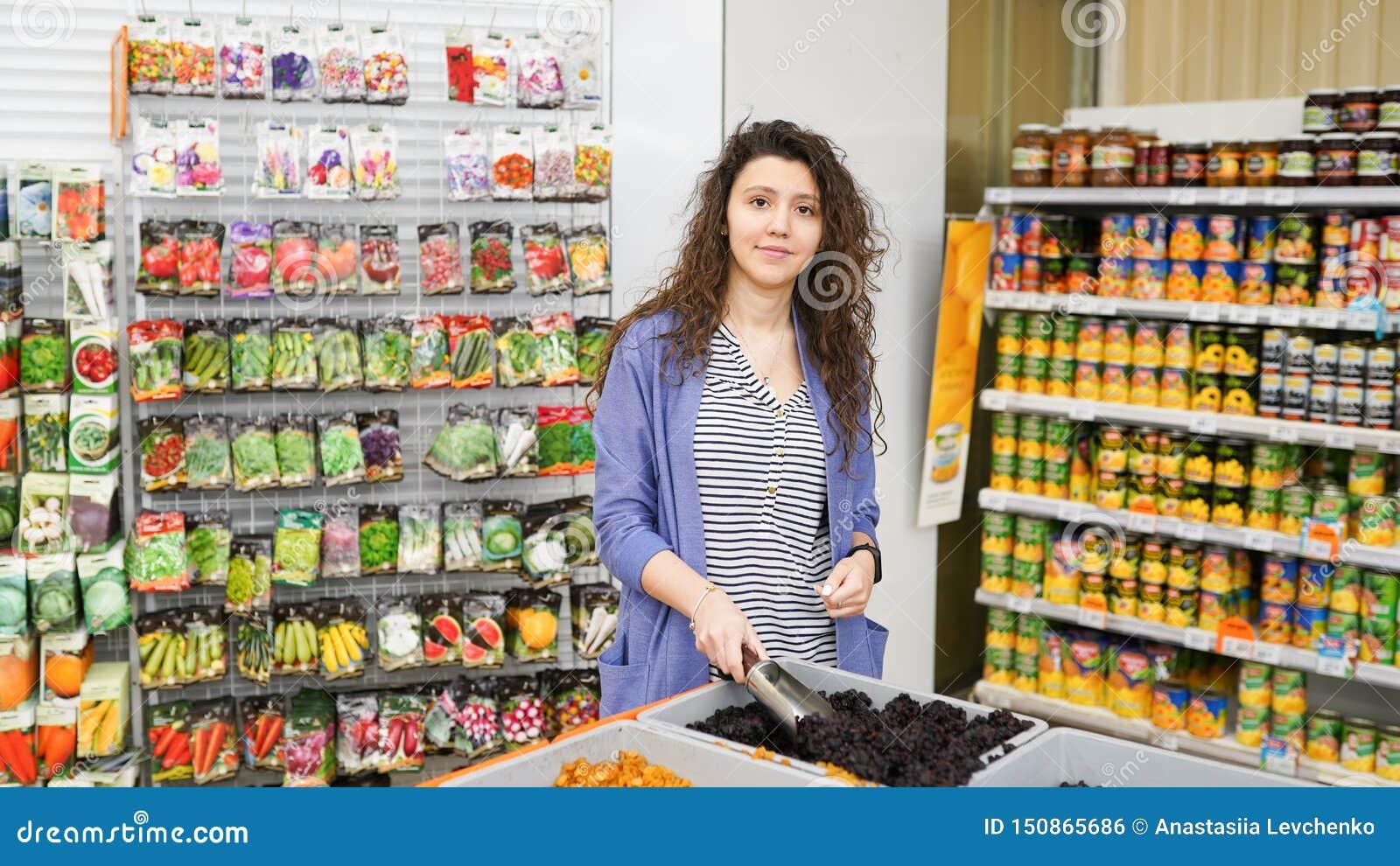 Acquisto della giovane donna nel supermercato