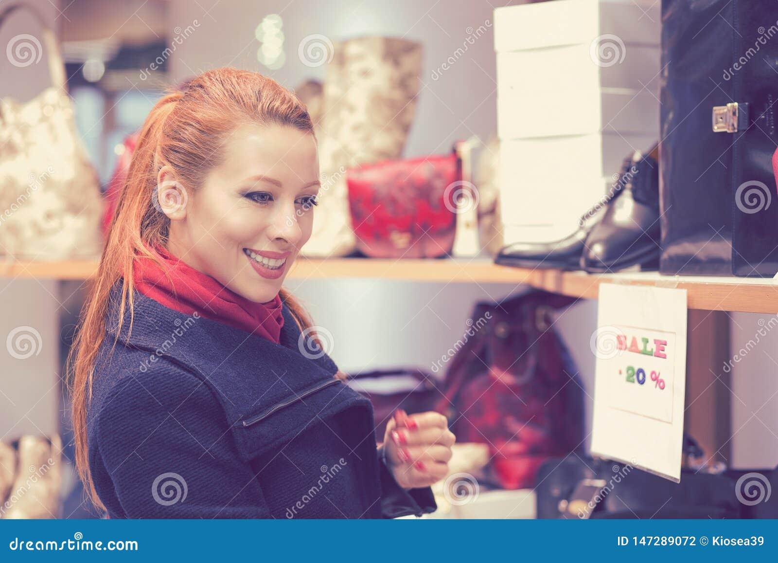 Acquisto della giovane donna per i vestiti nuovi