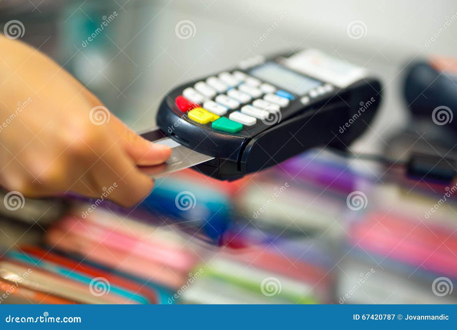 Acquisto facente femminile tramite la macchina di pagamento