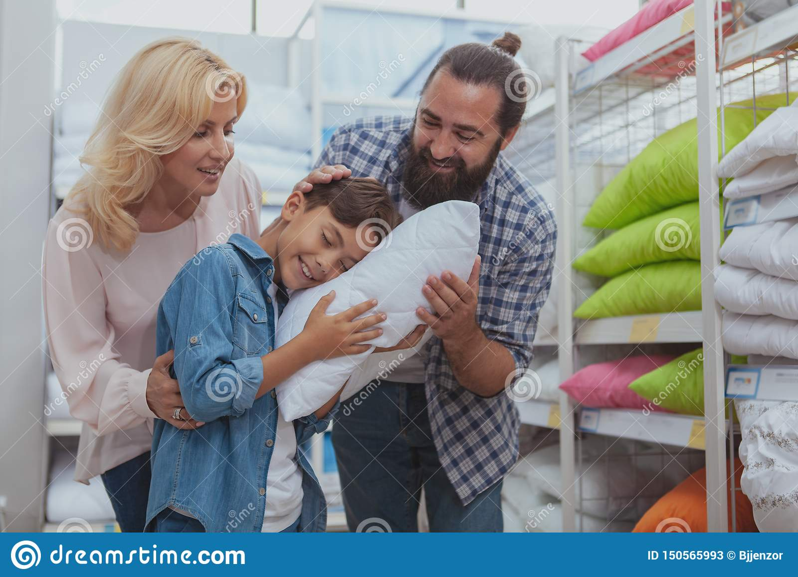 Acquisto felice della famiglia al negozio di mobili