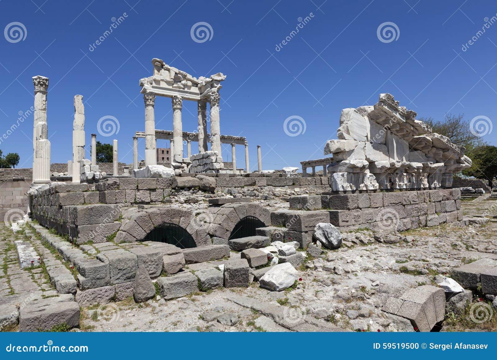 Acrópole de Pergamon Turquia As ruínas do templo de Trajan