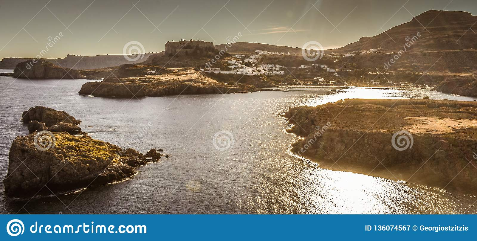 A acrópole e a vila da foto de Lindos tomadas do monte do túmulo de Kleovoulos