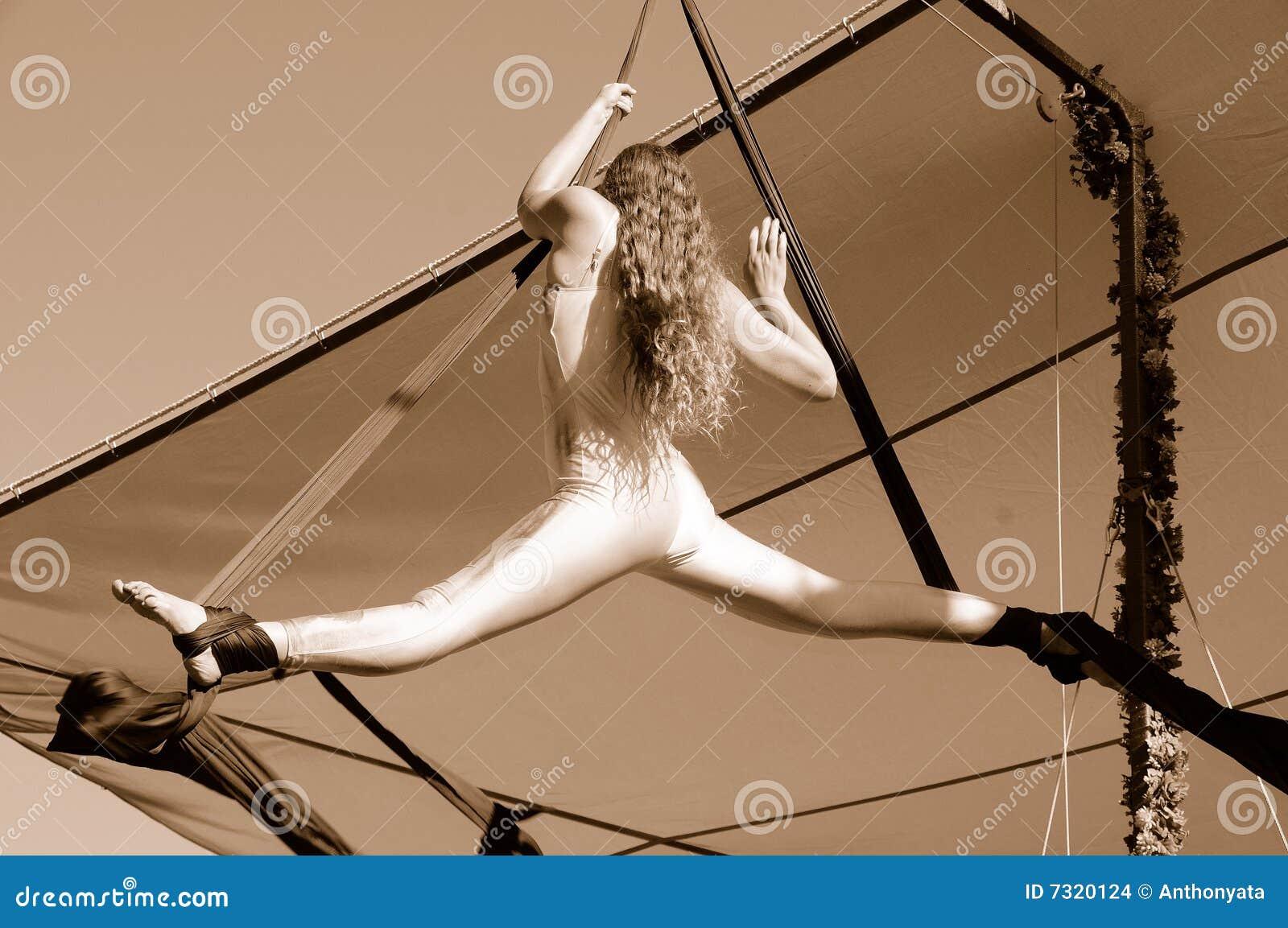 Acrobata aereo femminile che fa le spaccature
