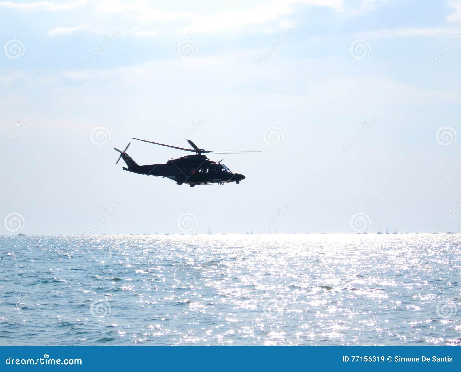 Acrobaties dans un hélicoptère Tirrenia, Pise, Italie, le 11 septembre,