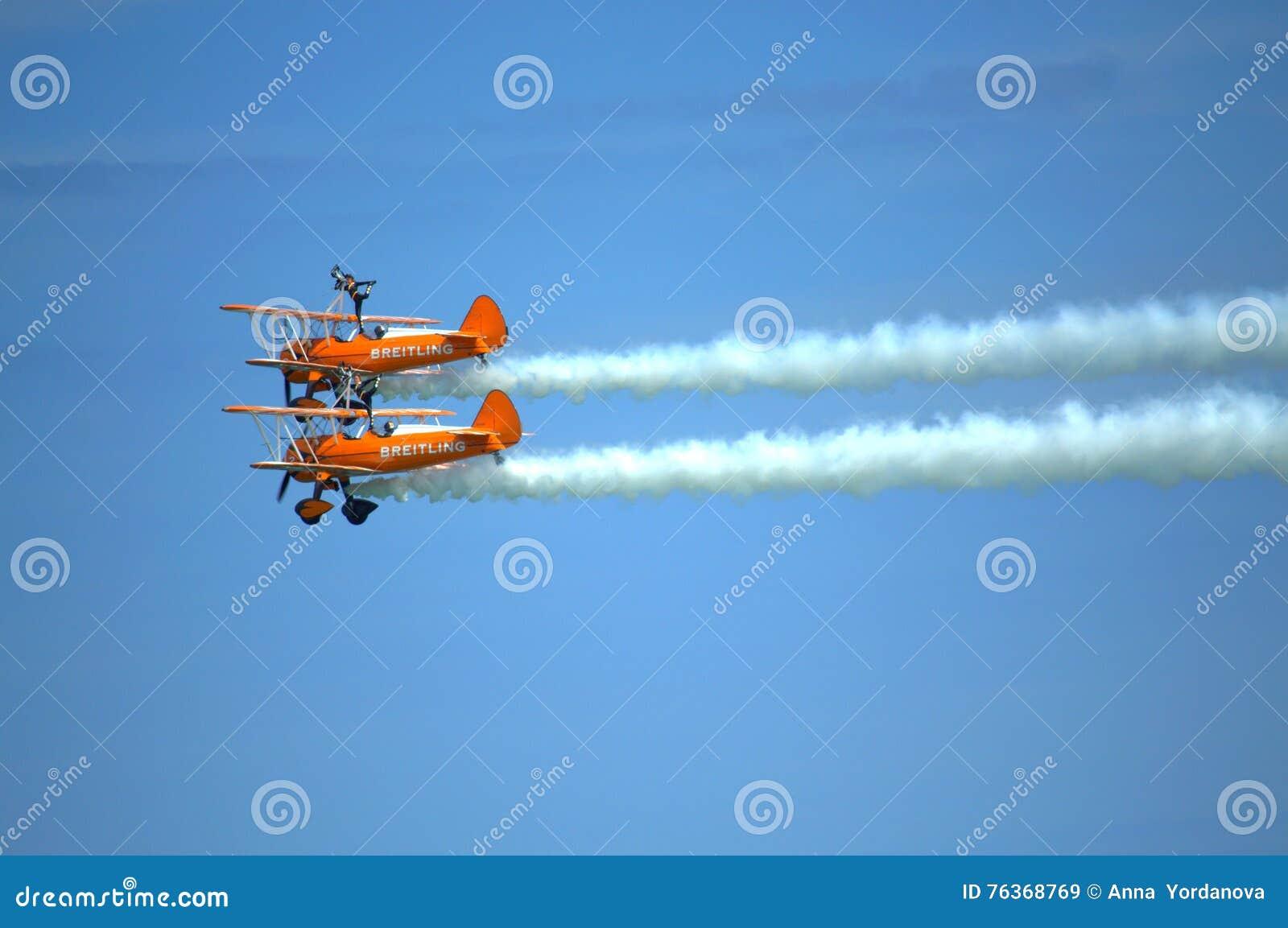 Acrobazie aeree spettacolari dell antenna di Wingwalkers