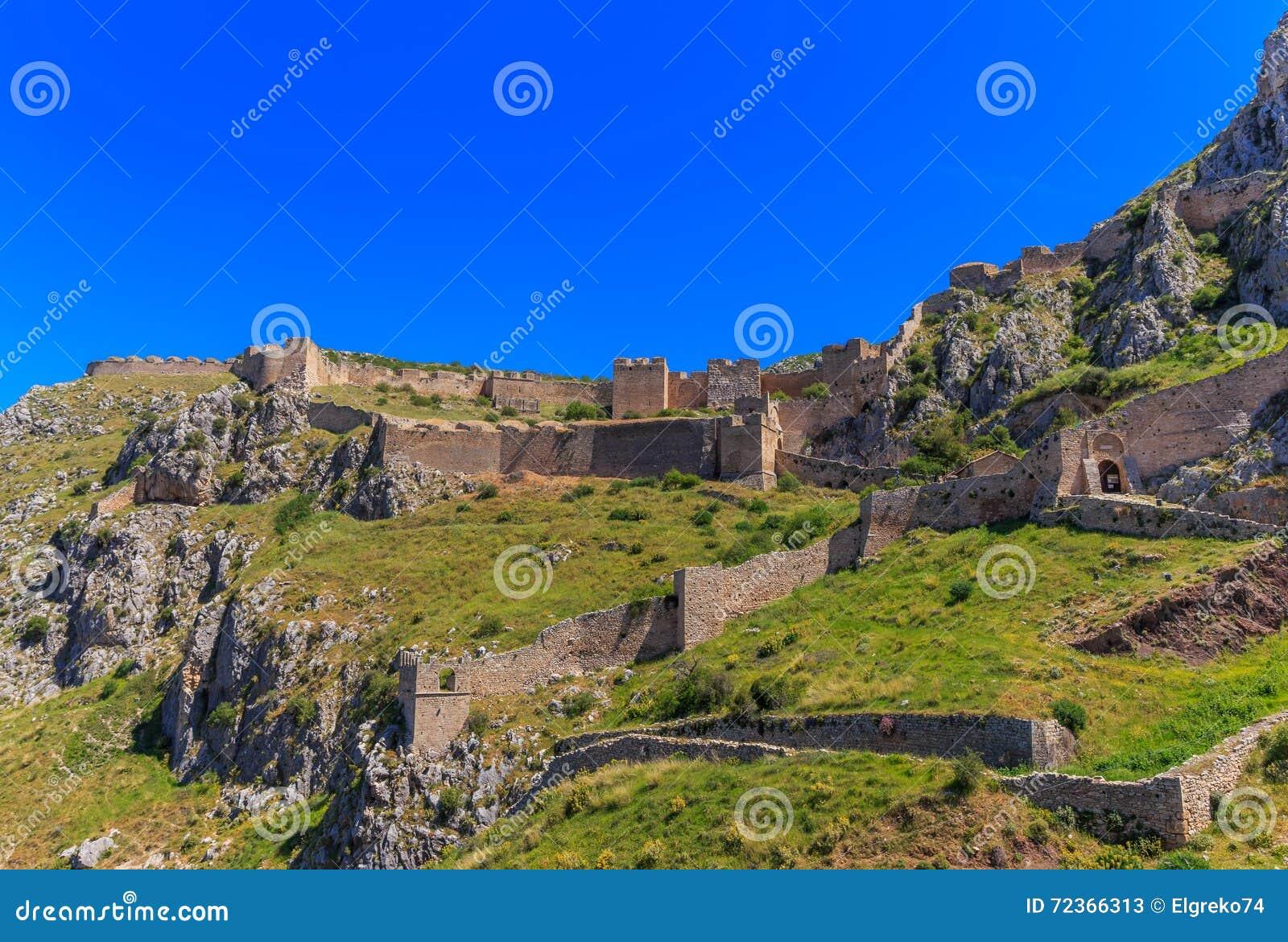 Acrocorinth中世纪堡垒在小山
