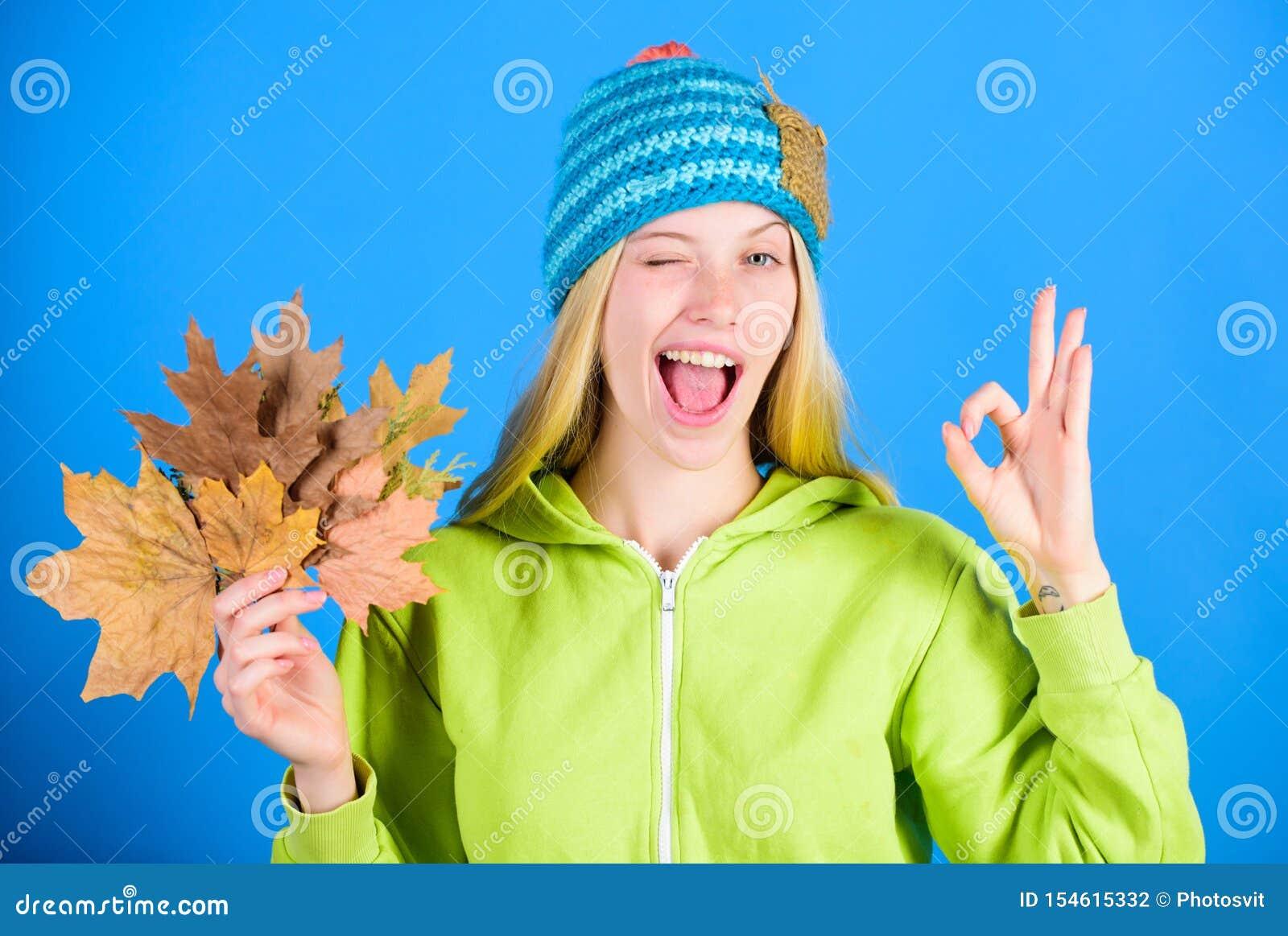 Actief vrije tijd en rust de herfstseizoen Helder ogenblik Gevallen bladeren van de vrouwen de slijtage gebreide hoed greep Skinc