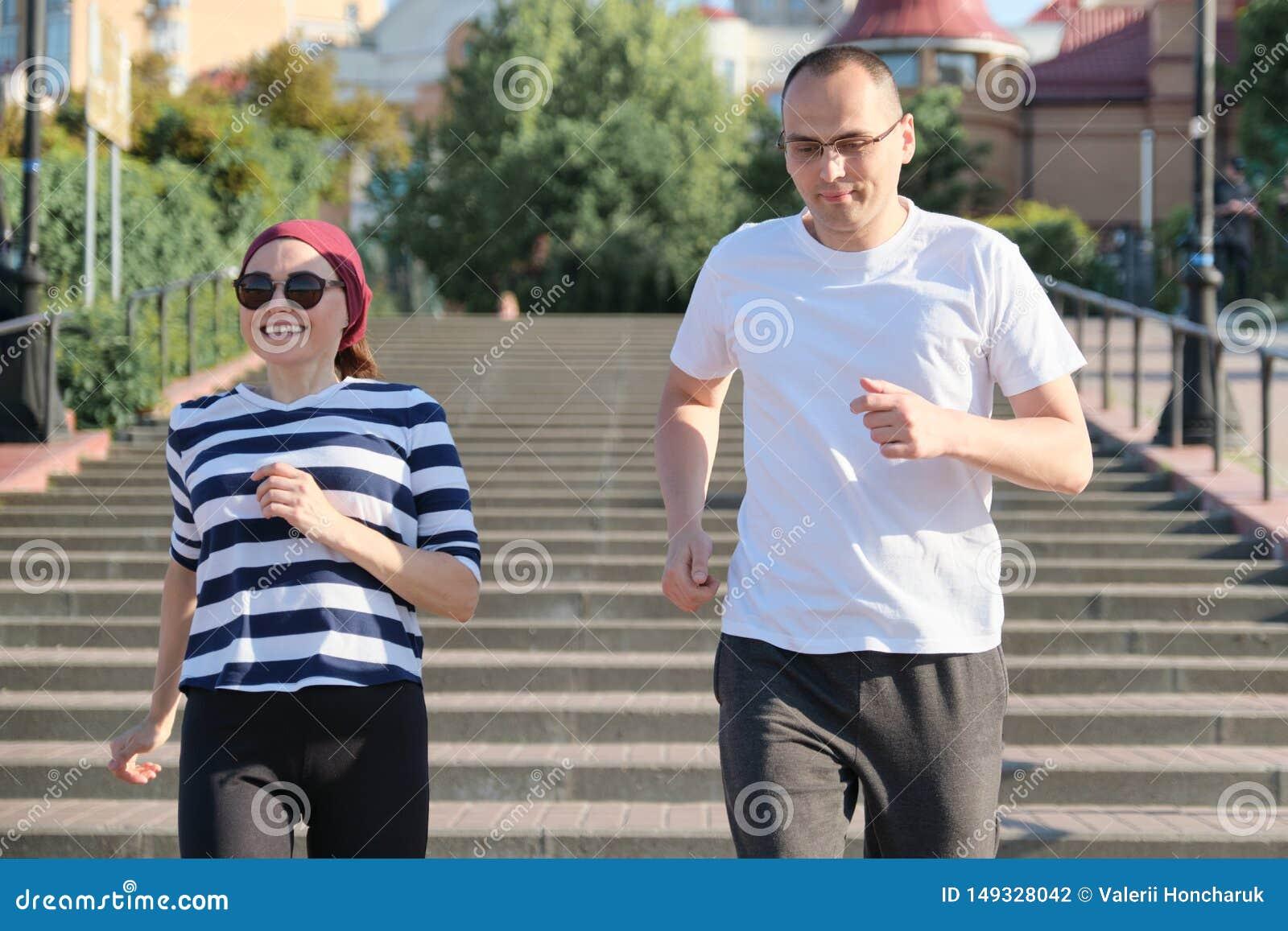 Actieve gezonde levensstijl van rijp paar Man en vrouw die op middelbare leeftijd boven lopen