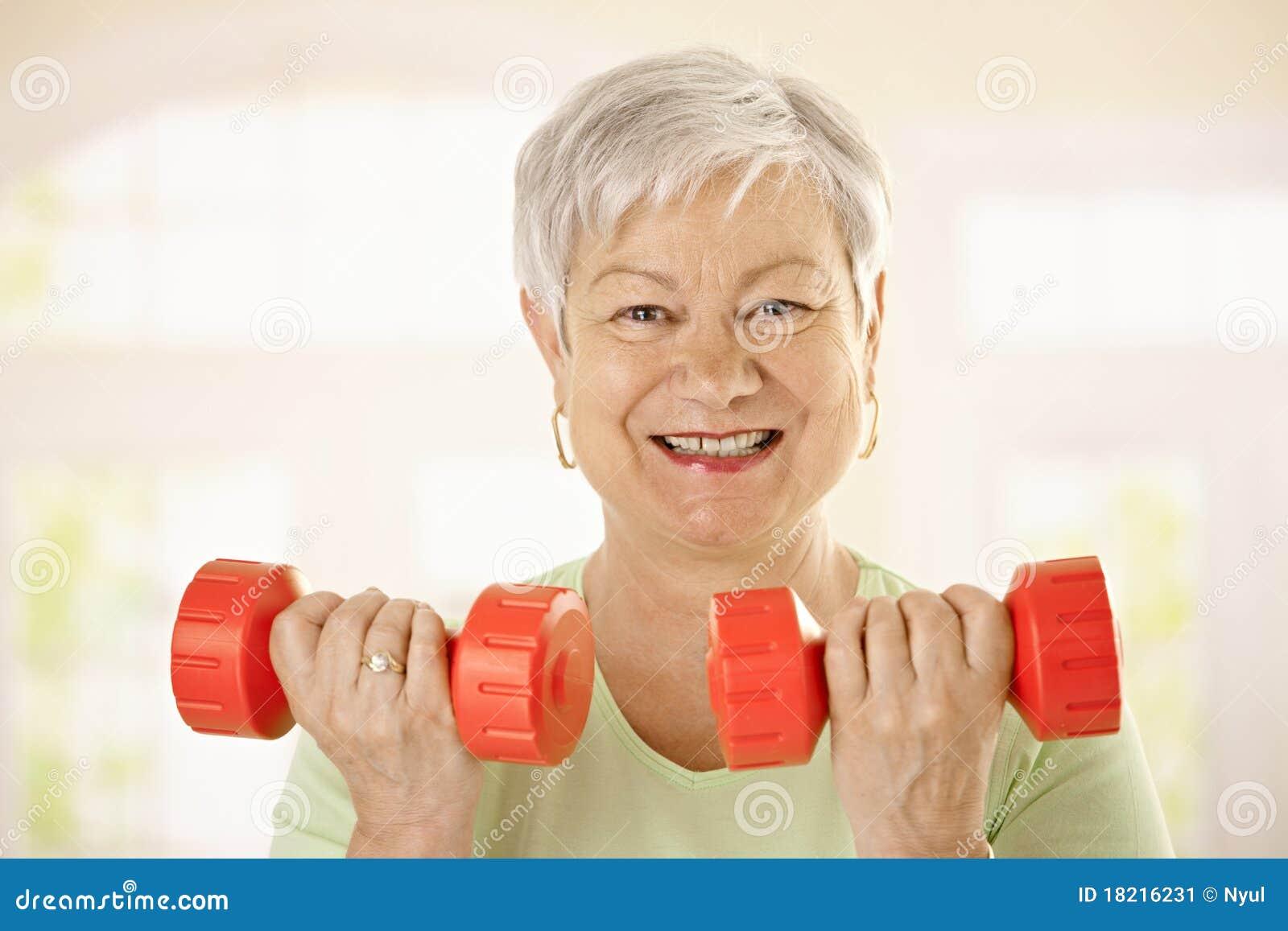 Actieve hogere vrouw die oefeningen doet