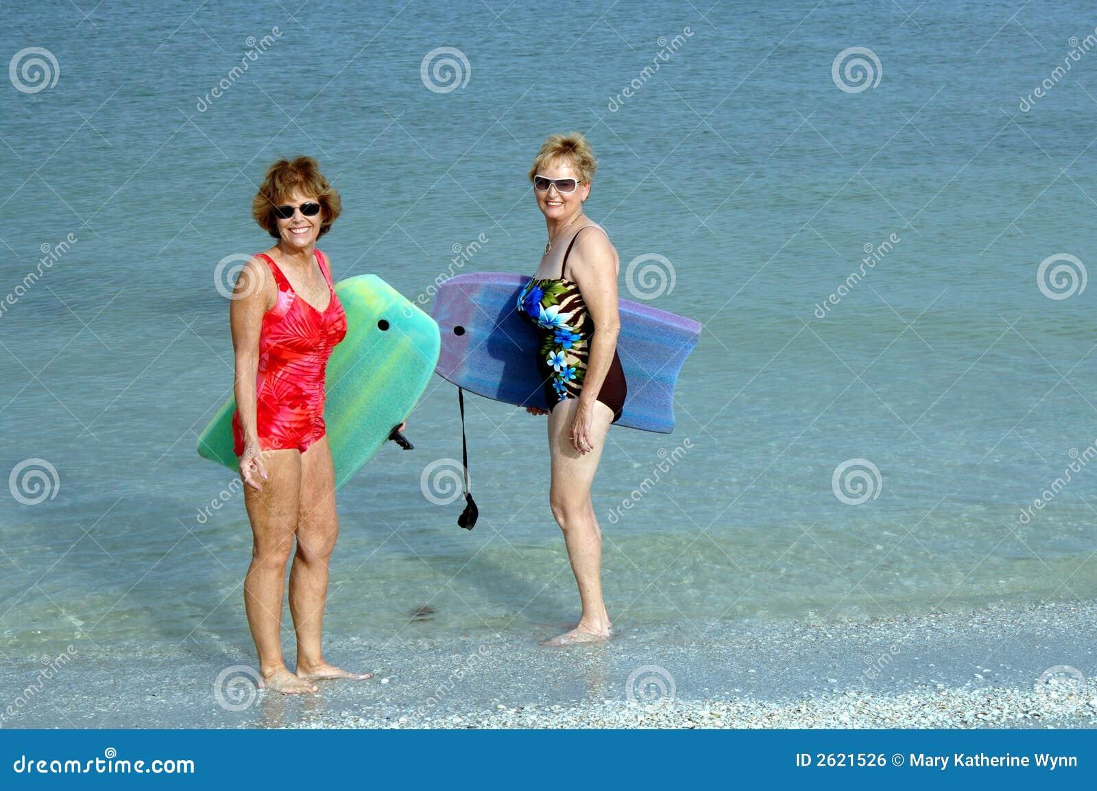 Actieve hogere vrouwen bij strand