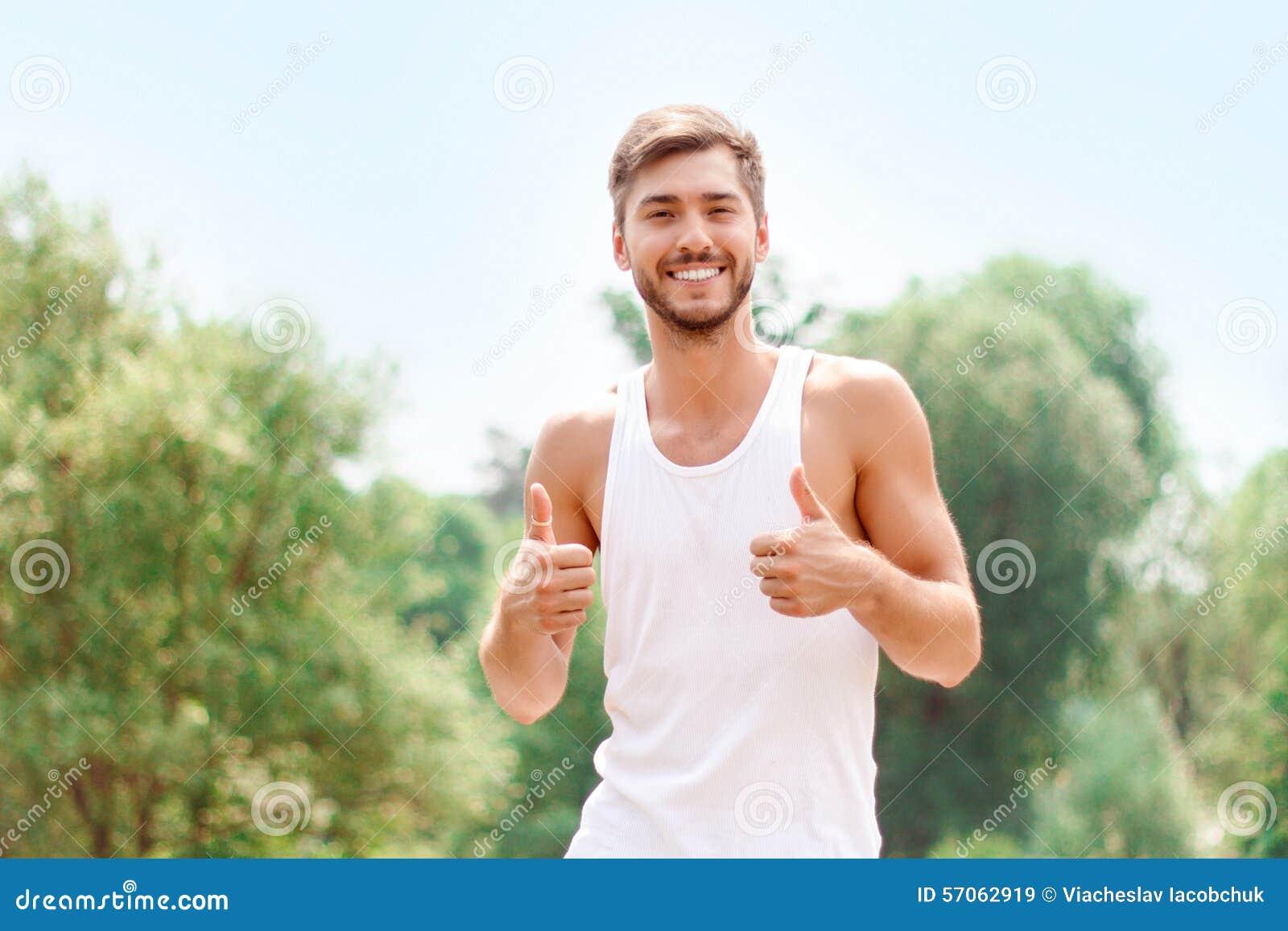 Actieve kerel die positiviteit uitdrukken